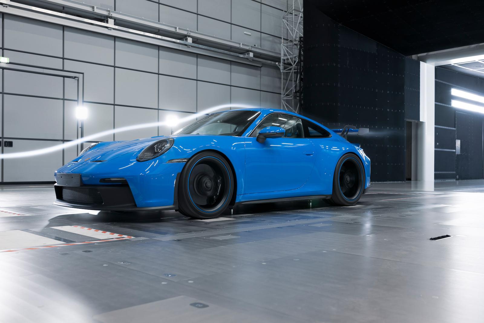 作為首款搭載懸吊式尾翼的保時捷量產車款,911 GT3 在空氣動力學技術方面的進步特別顯著。