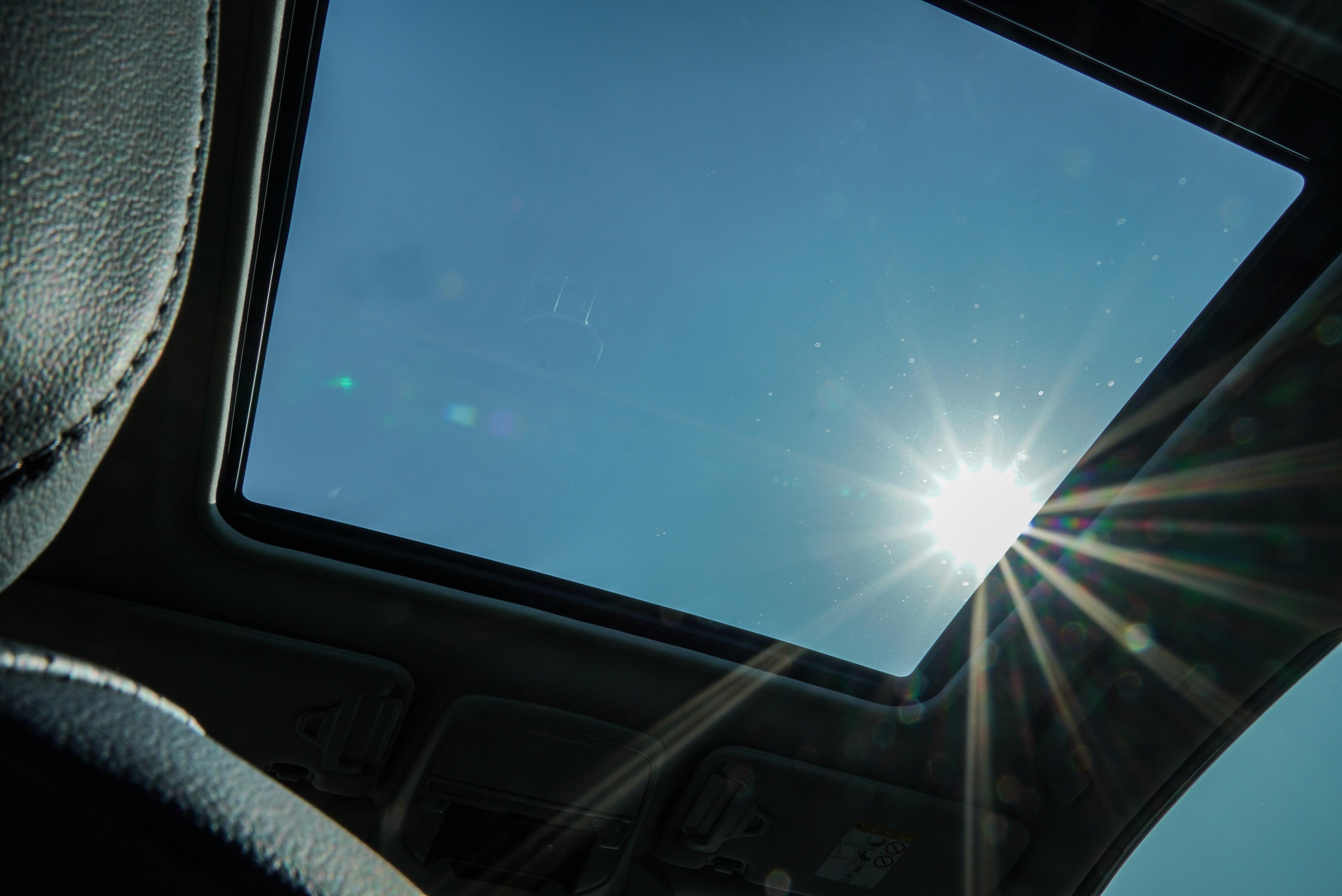 電動天窗為 2.0i-S Eyesight 才有的配備。