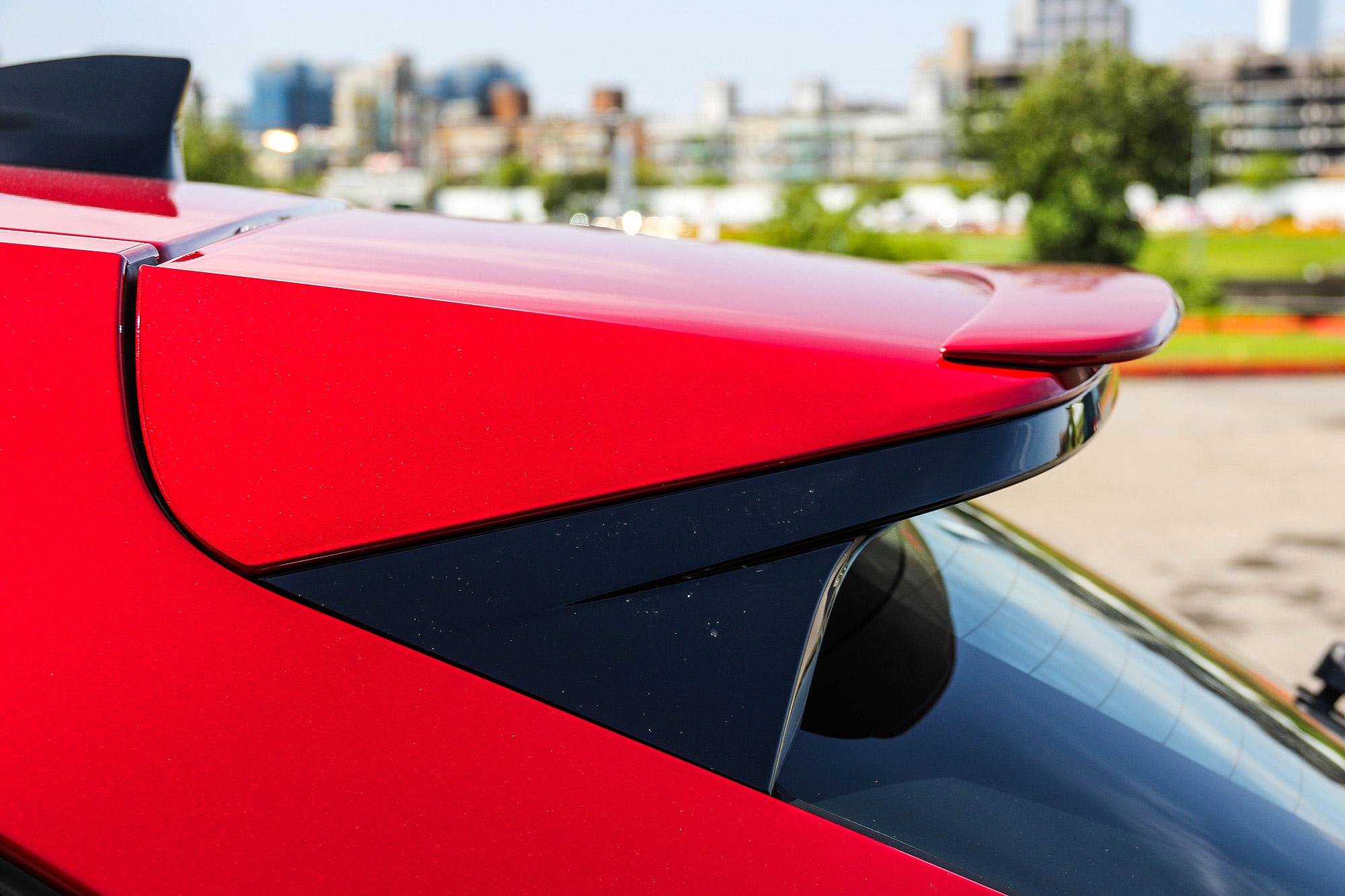 車頂尾翼還再加上一片延伸翼。