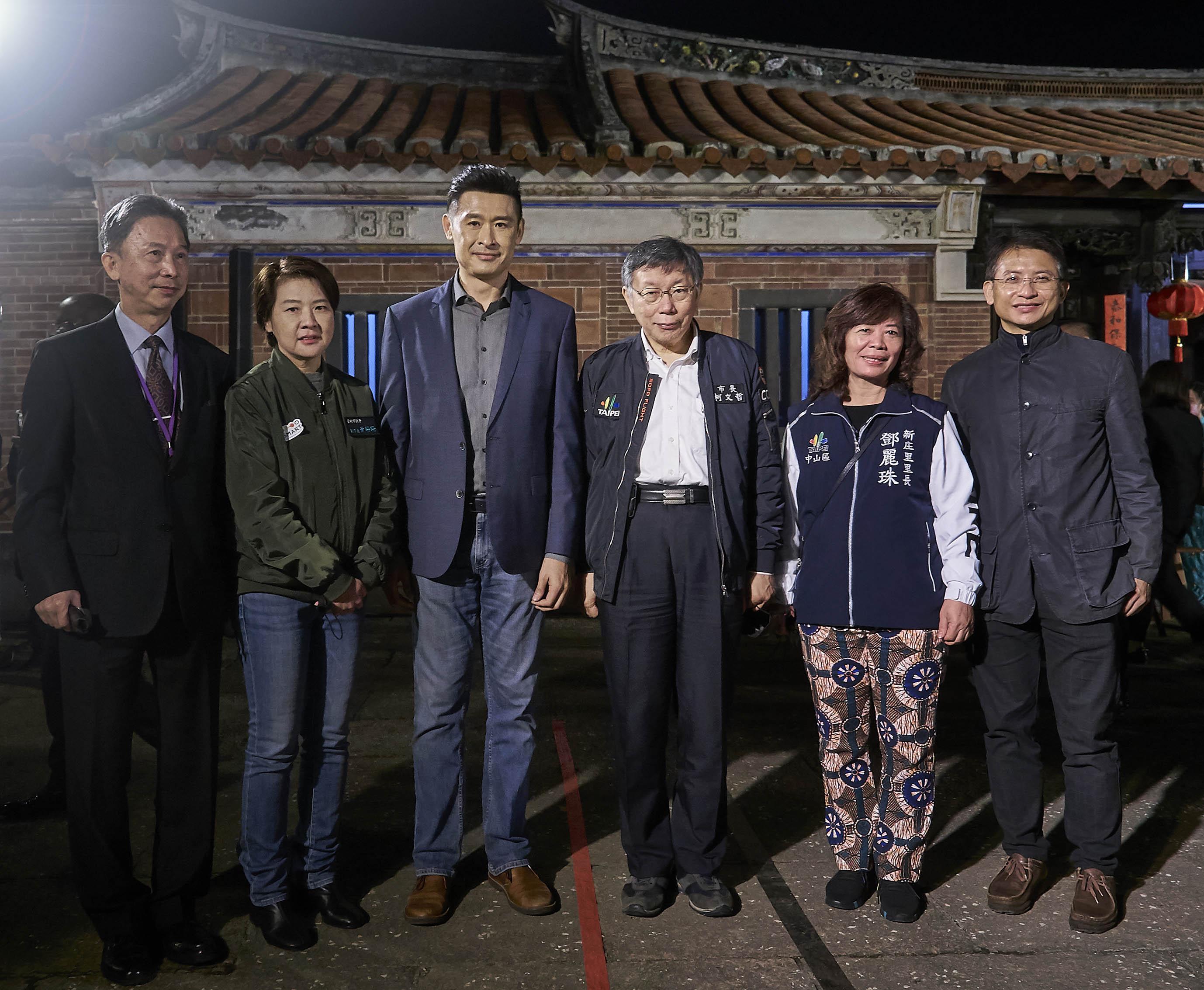 台北市長柯文哲、副市長黃珊珊與 Kymco 董事長柯勝峯在智慧城市展系列活動「臺北之夜」見面交流電動機車發展現況。