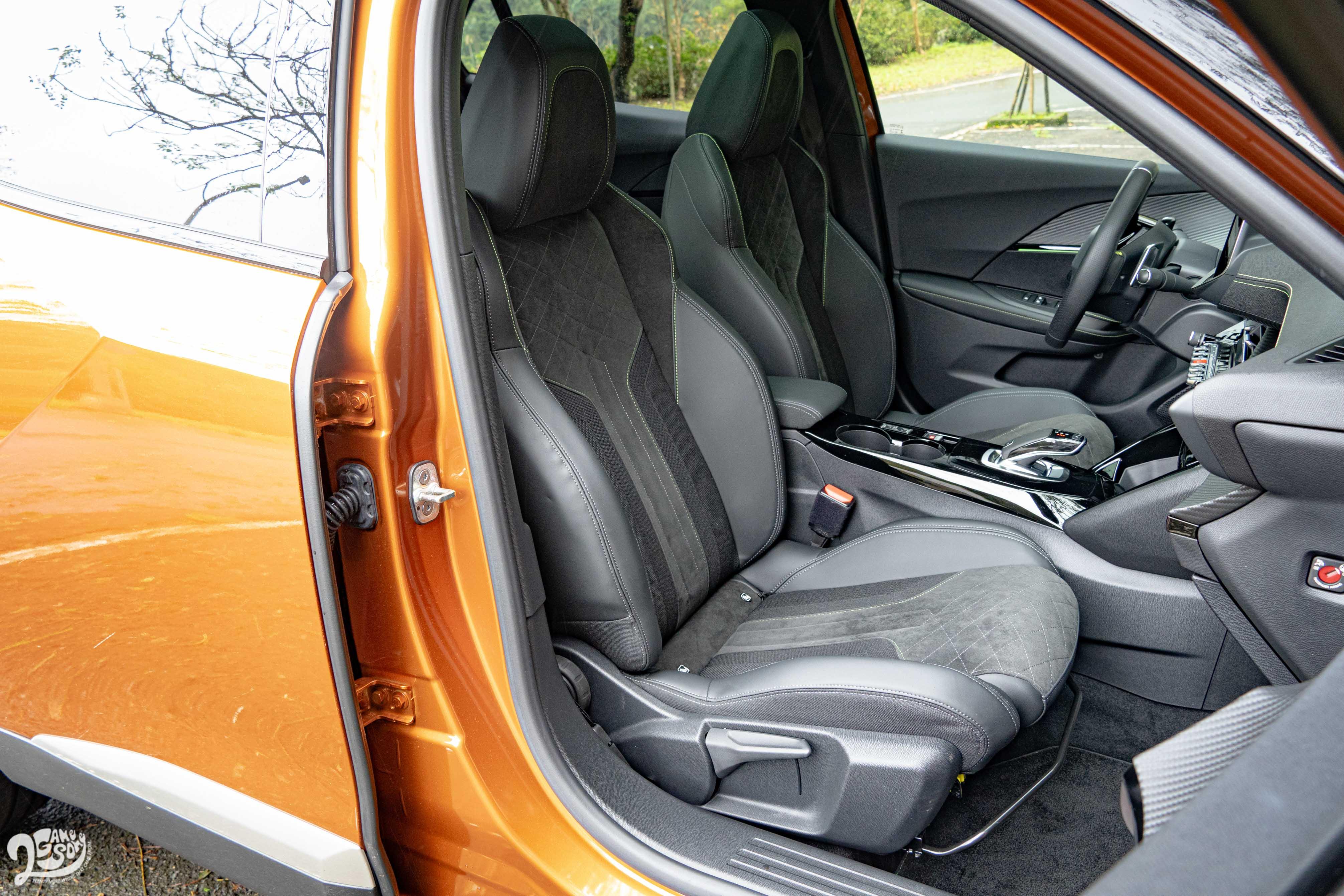 GT 等級標配法國原裝三材質麂皮跑車座椅。