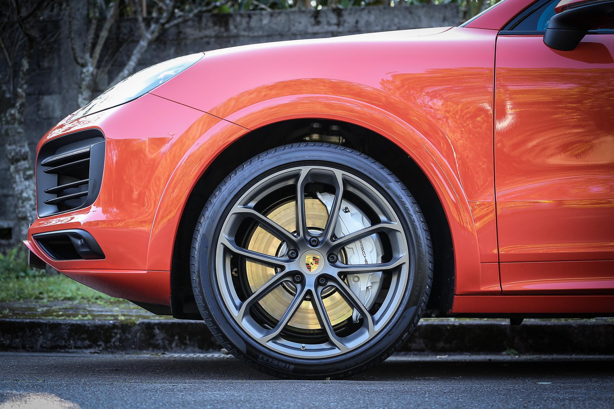 22 吋輕量化輪圈包含在輕量化跑車套件內。