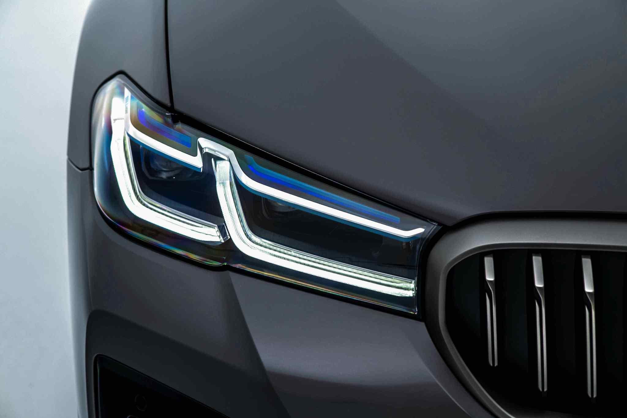 BMW M550i 標準配備全新設計的湛藍色智慧雷射頭燈(含Glare-free光型變化功能)。