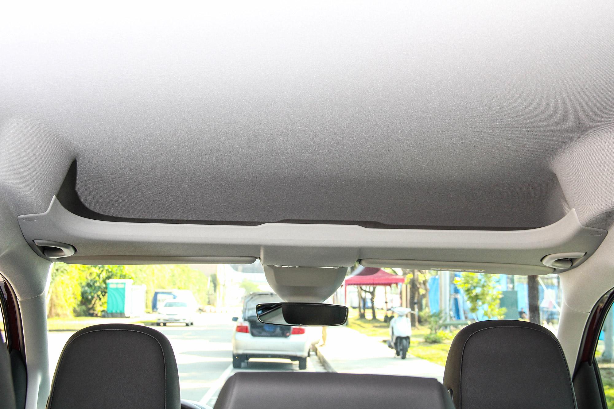 Caddy Maxi 運用挑高的車艙,設計了前座頭頂夾層。
