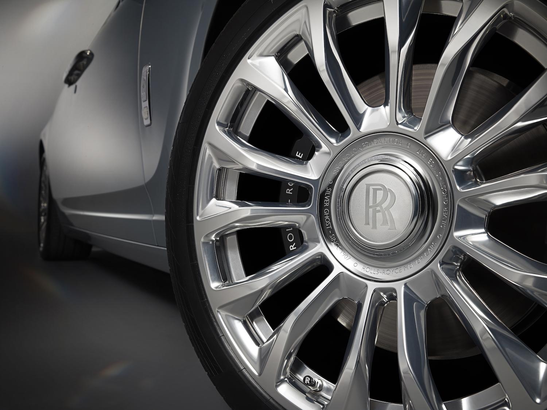 車輪軸心鑲著一圈 Cassiopeia Silver 塗層。