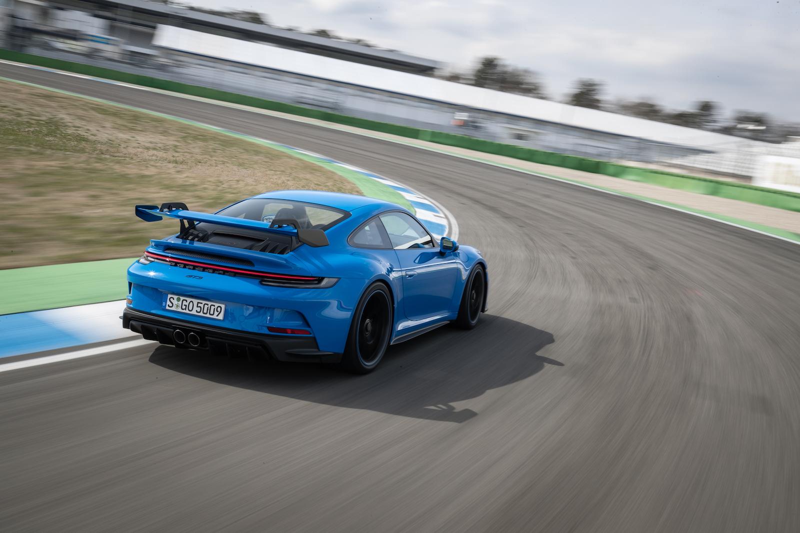 在義大利 Nardo 環狀測試賽道上,911 GT3 四升六缸水平對臥引擎穩定地以 300km/h 速度持續行駛。