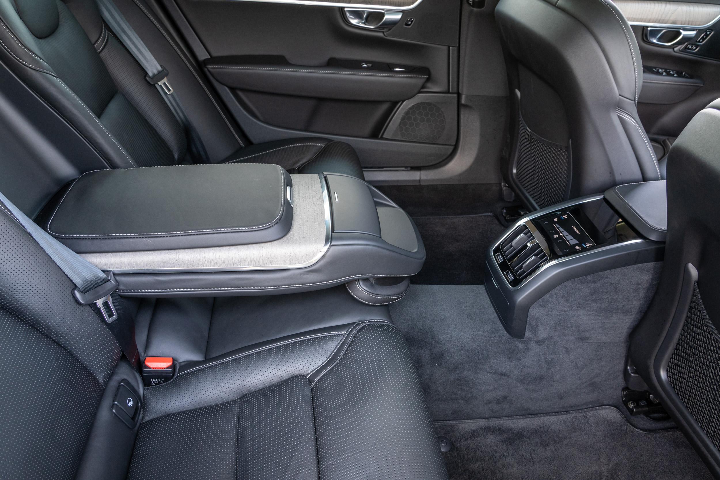 小改款 S90 全車系標配四區恆溫空調與後座豪華中央扶手。