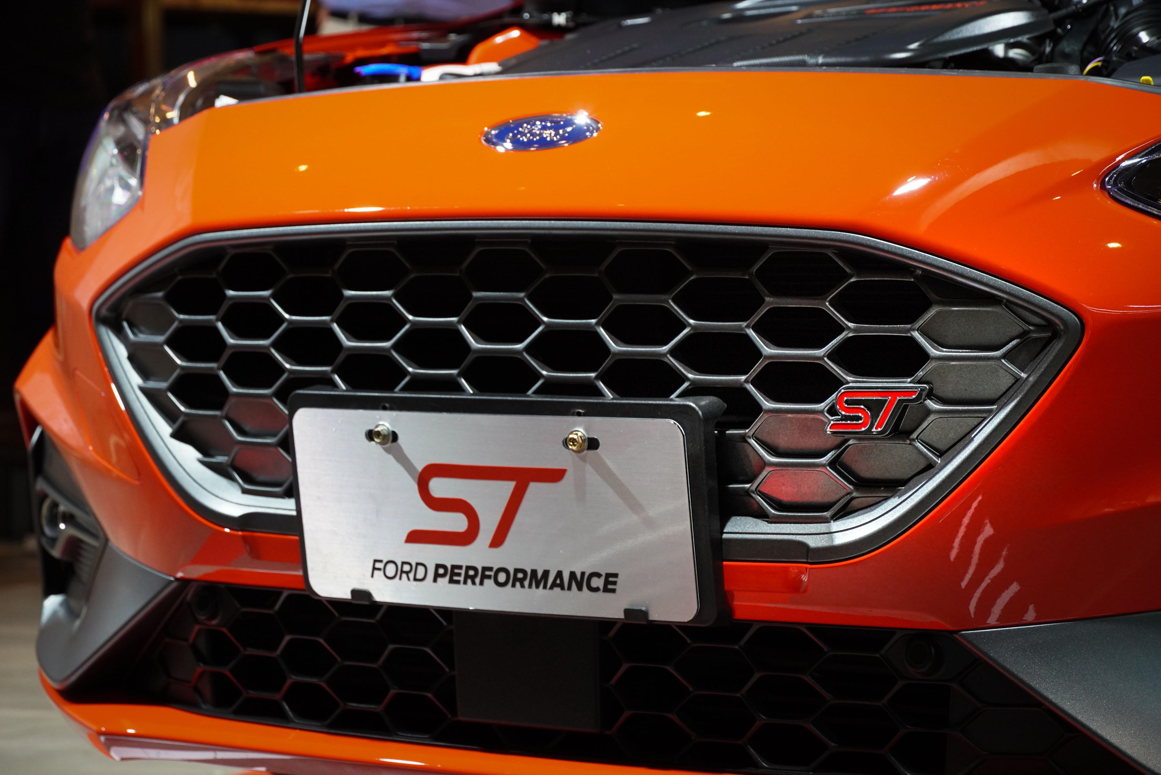 結合專屬 ST 銘牌標誌的車頭蜂巢狀水箱護罩。