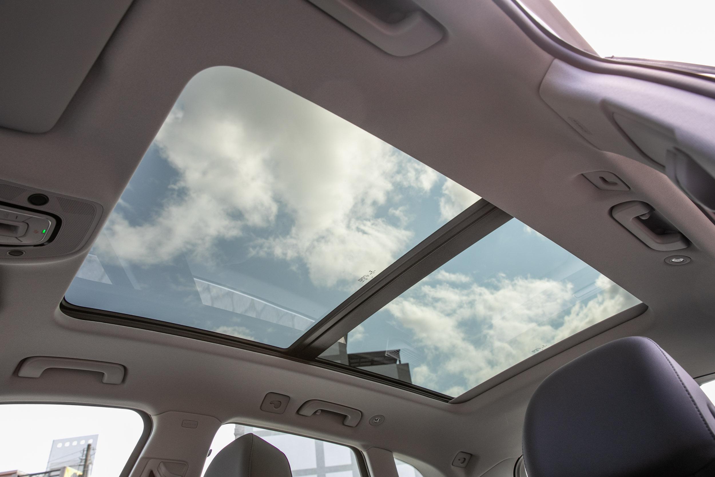 全景式電動玻璃天窗從 advanced 車型以上為標配。