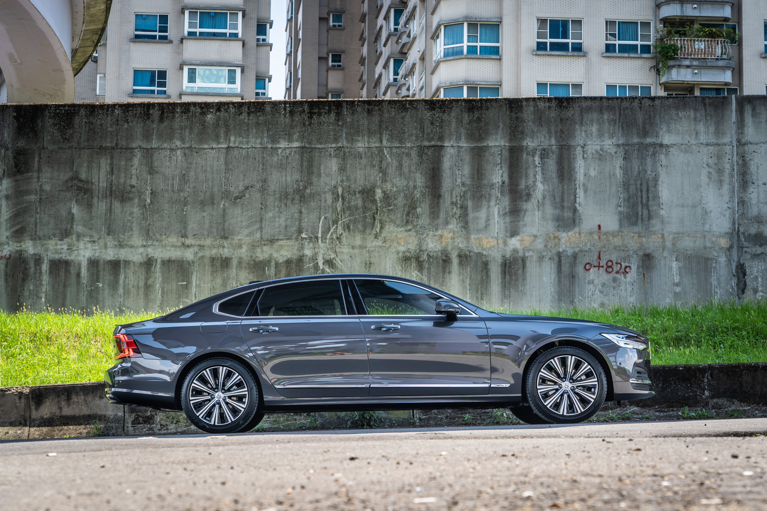 小改款S90車格明顯放大,車長增加了127mm來到5090mm之譜,軸距則拉長120mm變為3061mm。