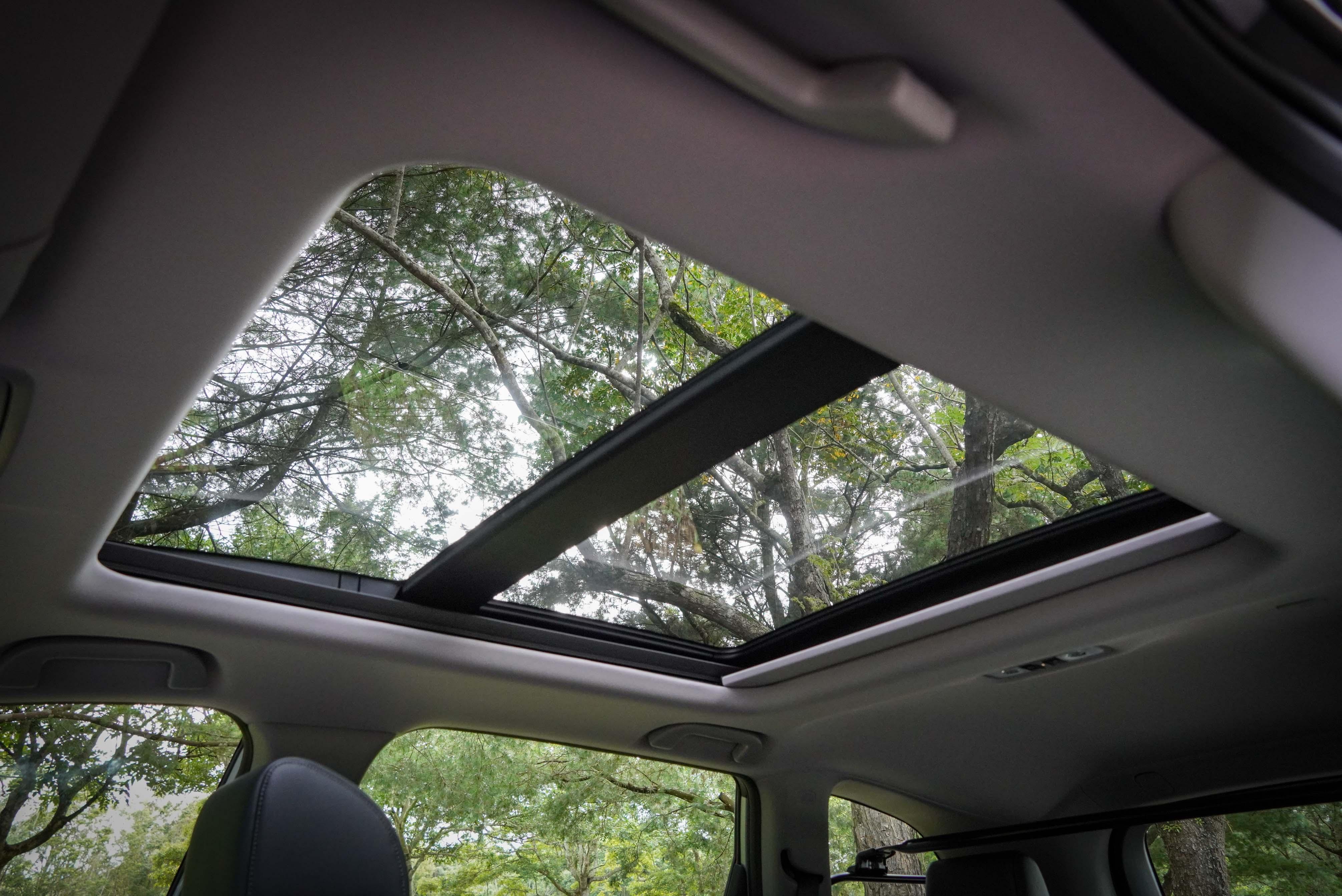 全景式電動天窗為 S 配備。