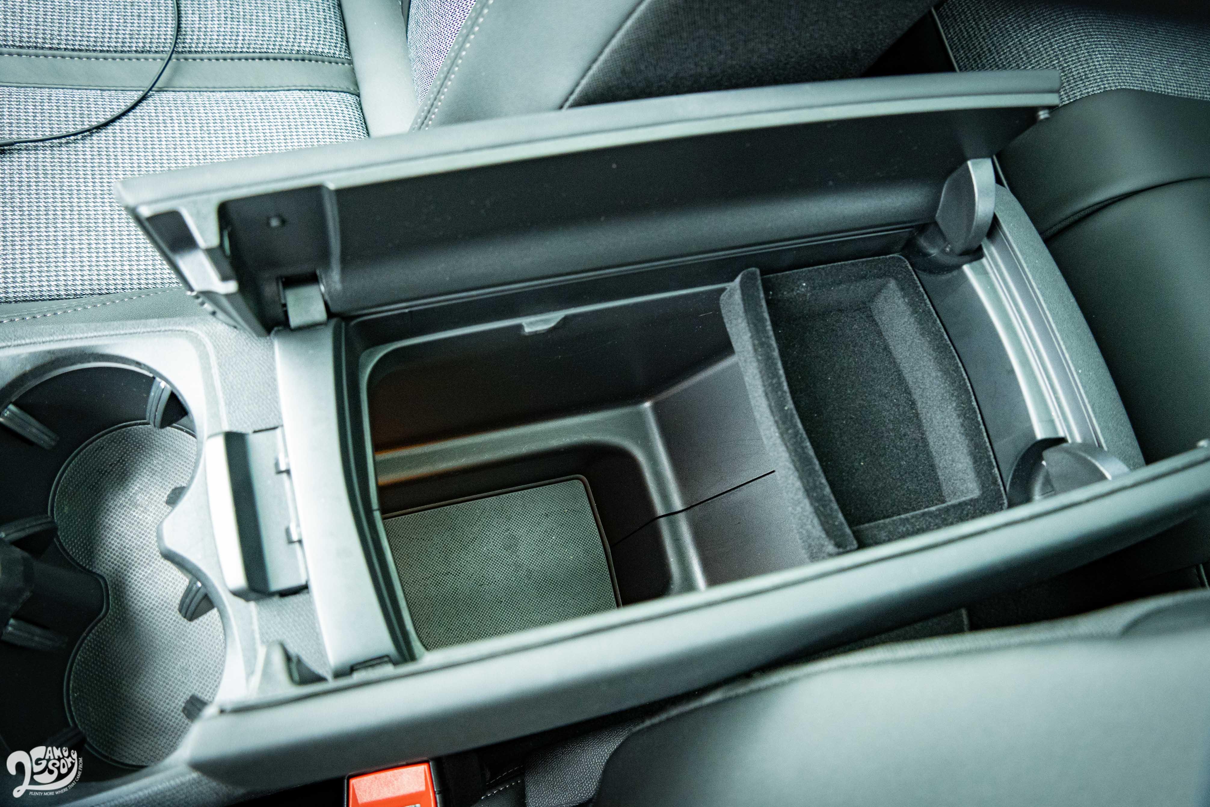 具備保冷出風口的中央置物廂。