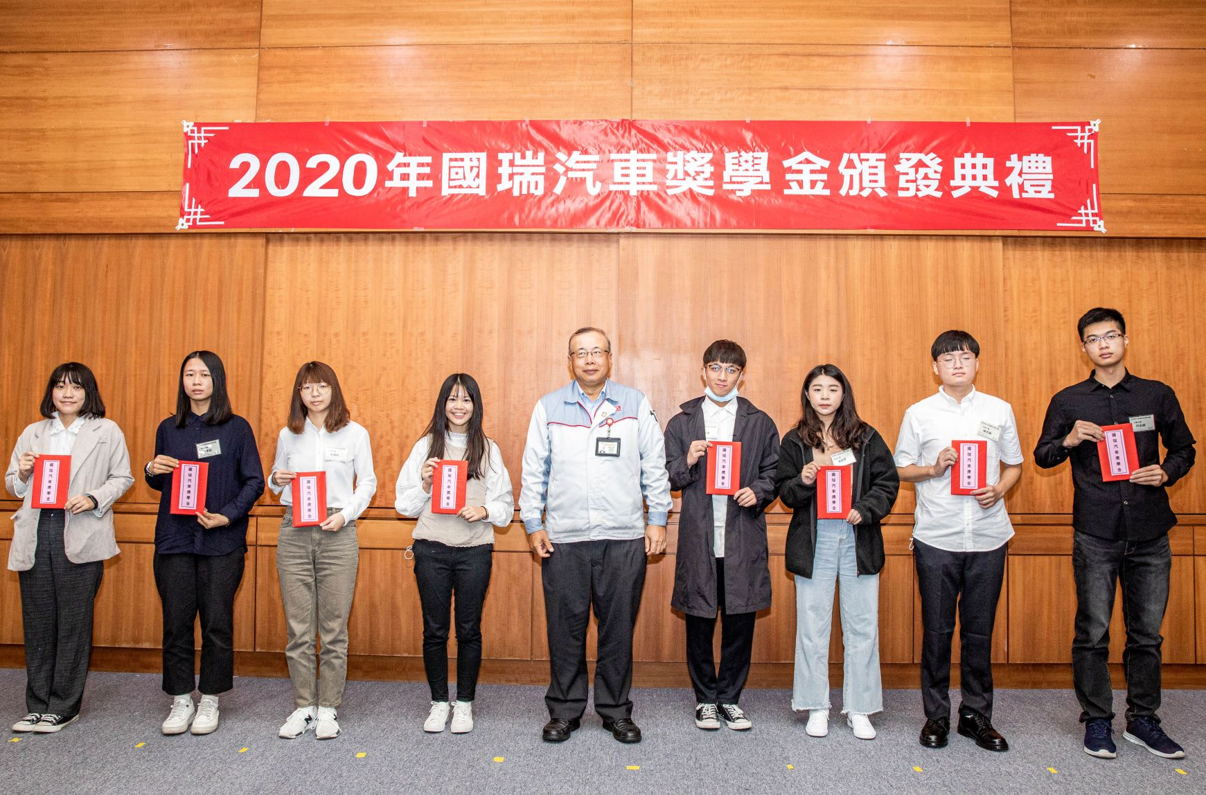 林永裕總經理與大學組得獎同學合影。