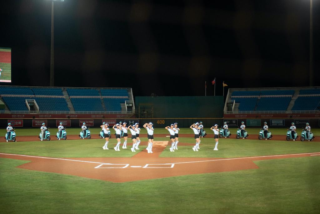 Rakuten Girls x 12 台 GoShare 車隊。