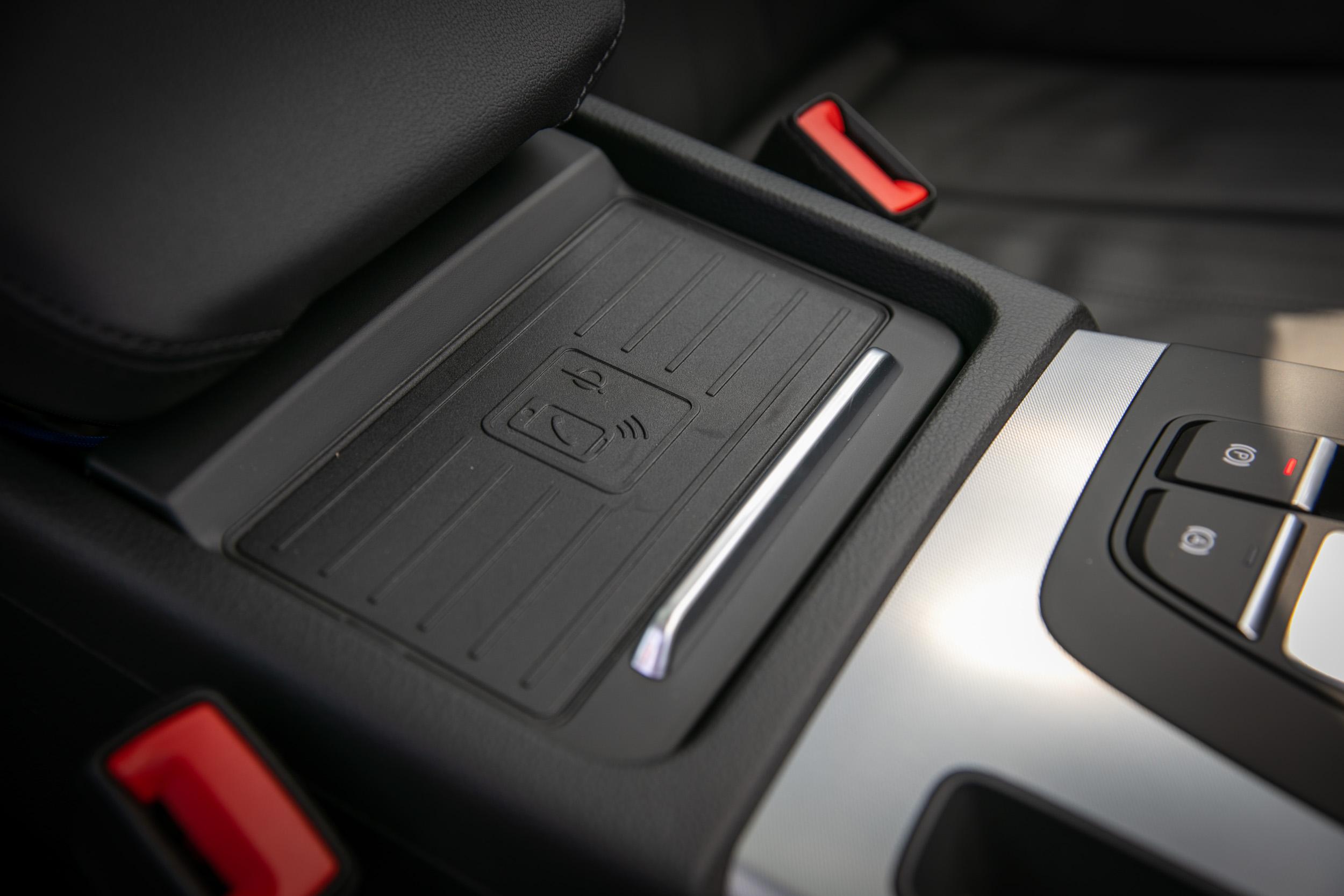 手機無線充電座同樣為車系標配。