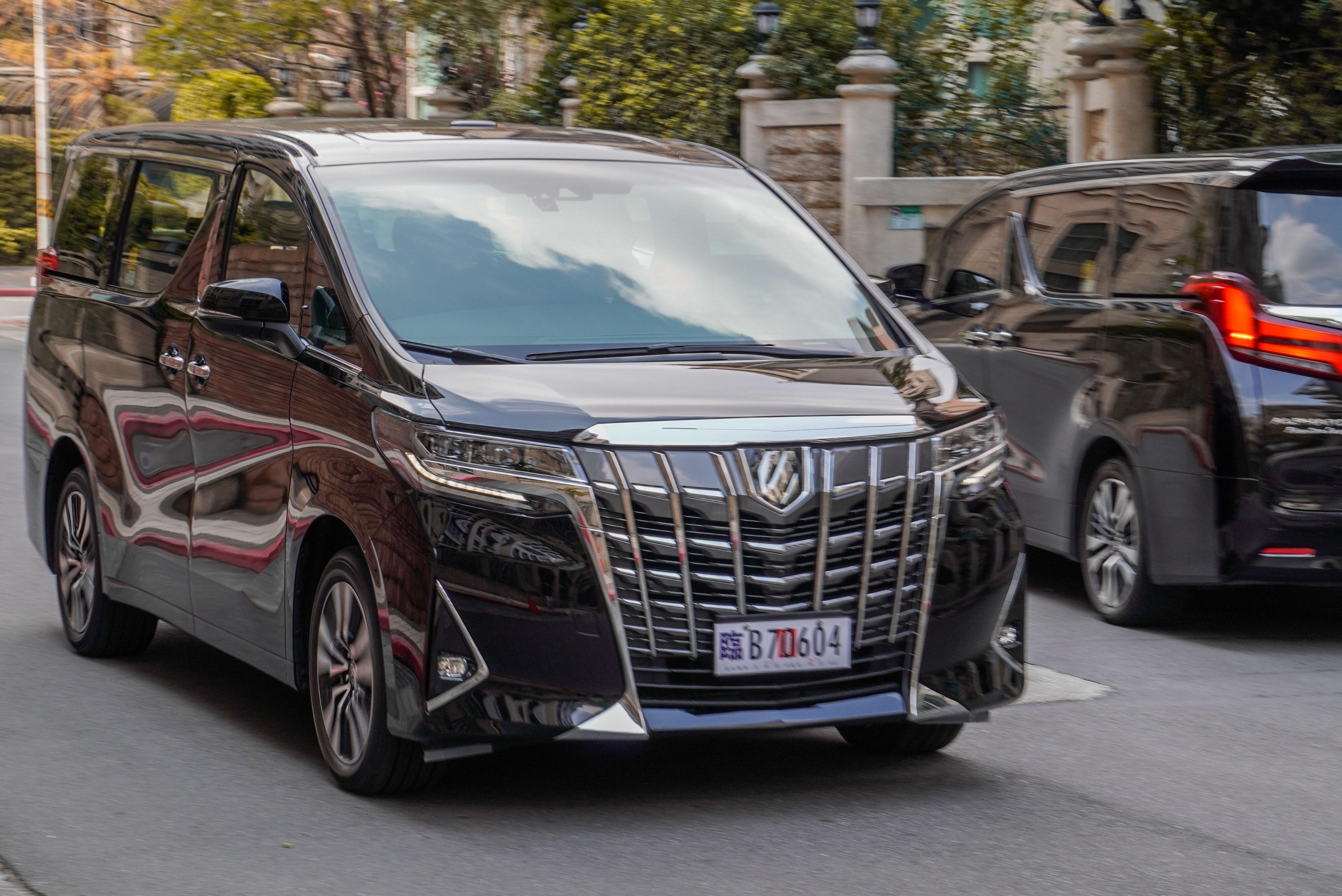 於台北市信義區的豪宅建築間穿梭,遇到 Alphard 同款車的機率極高。