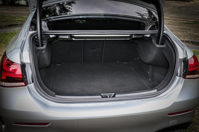 行李廂容積基本為 420 L ,並提供 4/2/4 椅背傾倒功能。