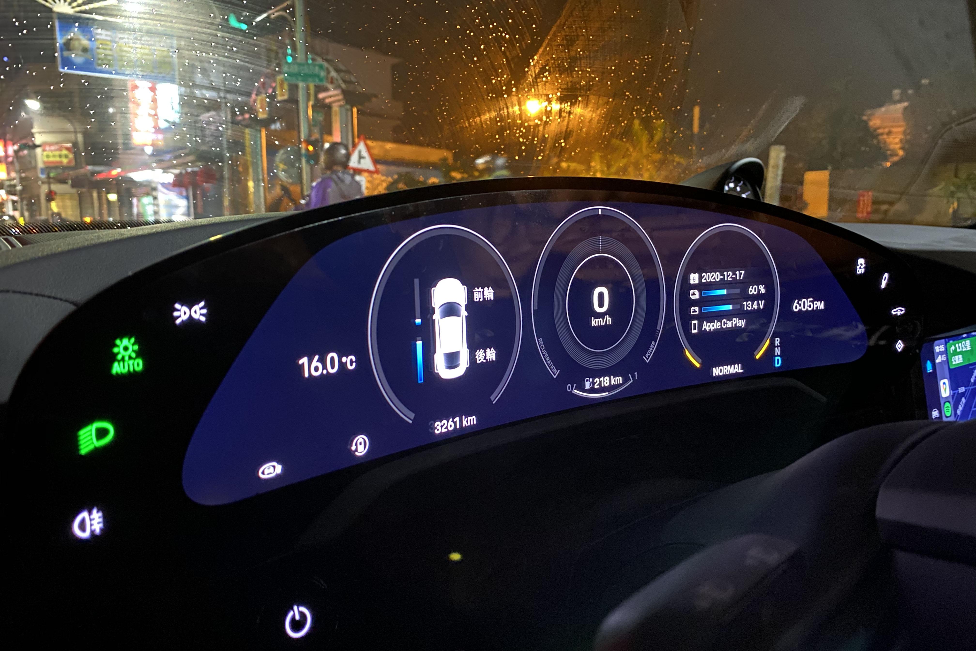 試駕當天取車時,93.4 kWh 的電池處於九成以上電量,抵達位在近 130 公里遠的飯店時還擁有 60% 電量。