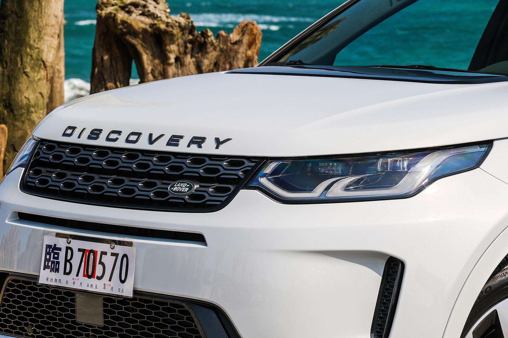 水箱護罩帶有新世代 Discovery 以及 Range Rover 家族的風格。