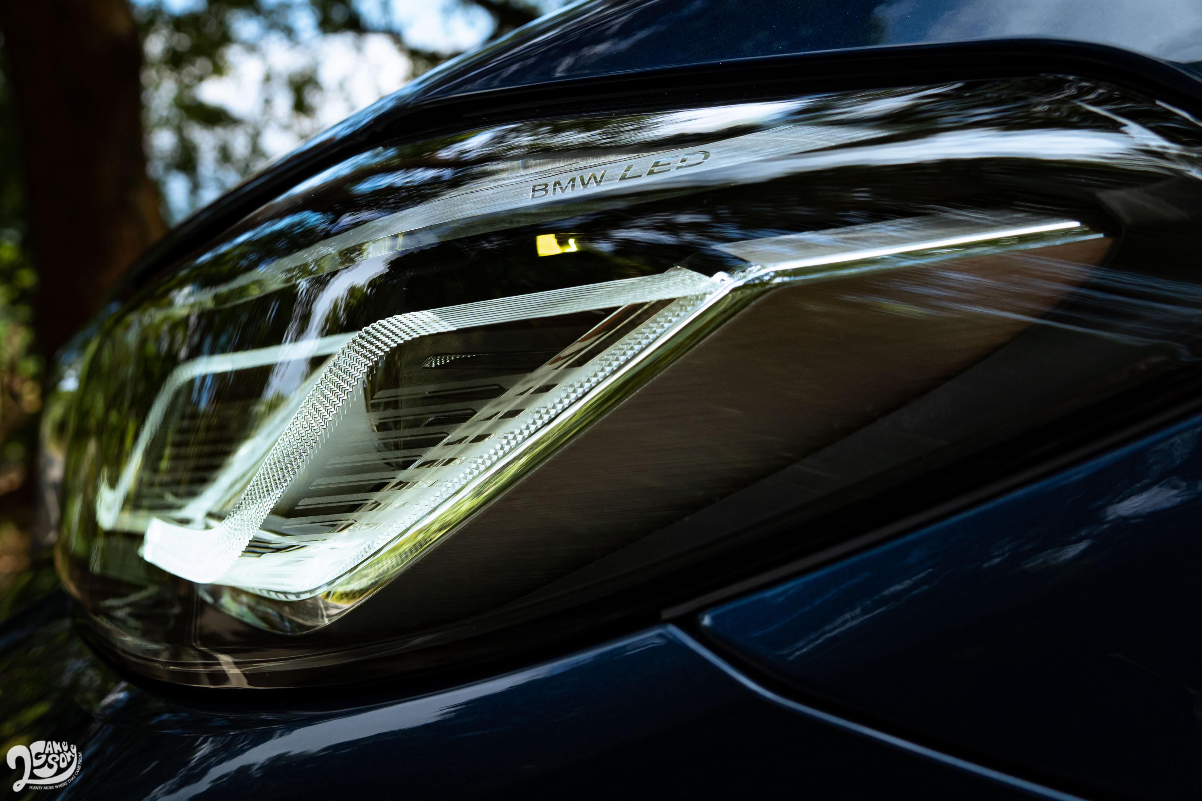 530i 標配智慧 LED 頭燈,附 Glare-free 光型變化功能。