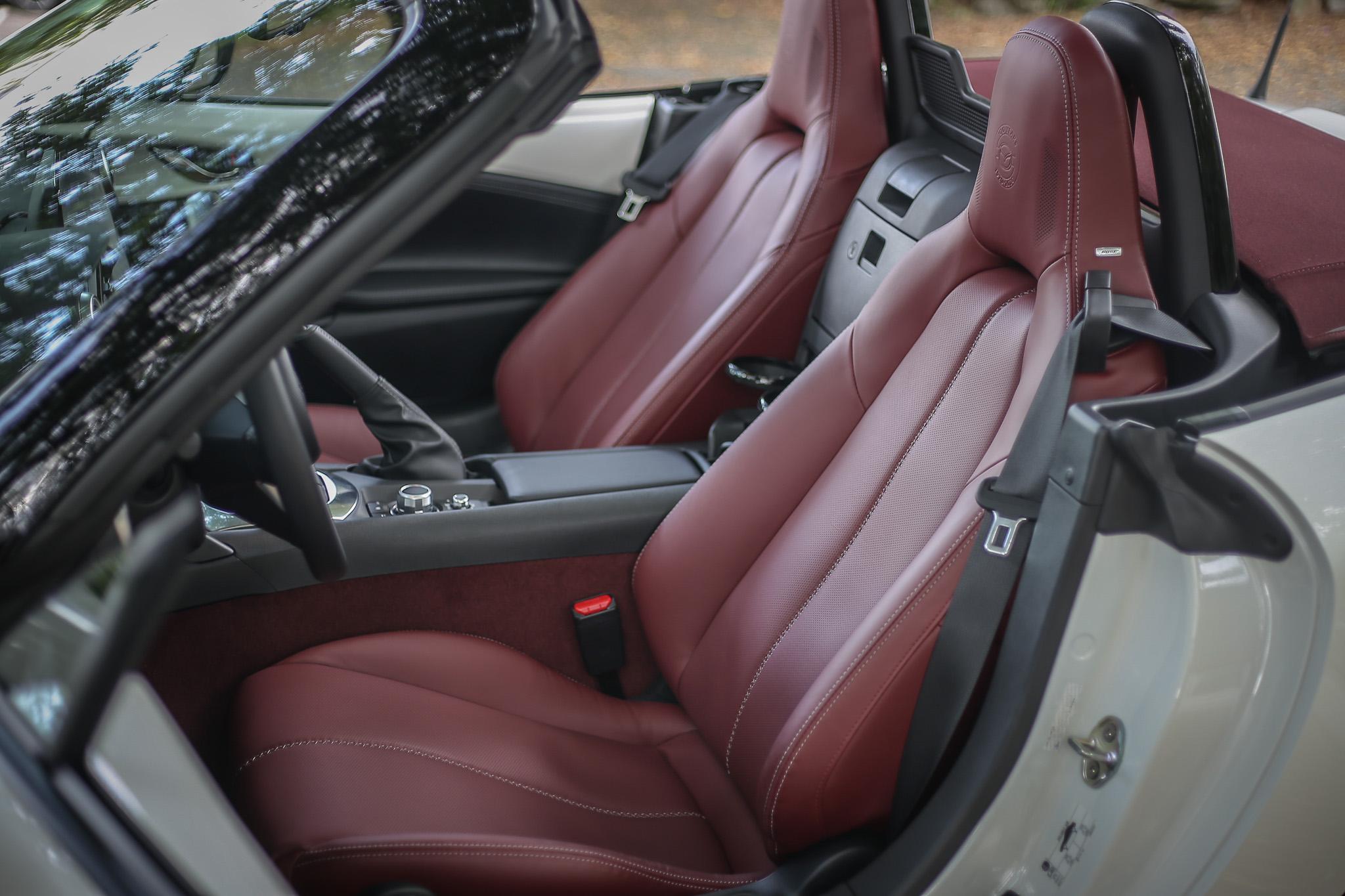 酒紅色的Nappa真皮座椅視覺與觸感都出色。