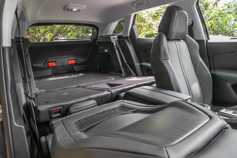 副駕駛座椅背也可往前打平,便利放置長型物品。