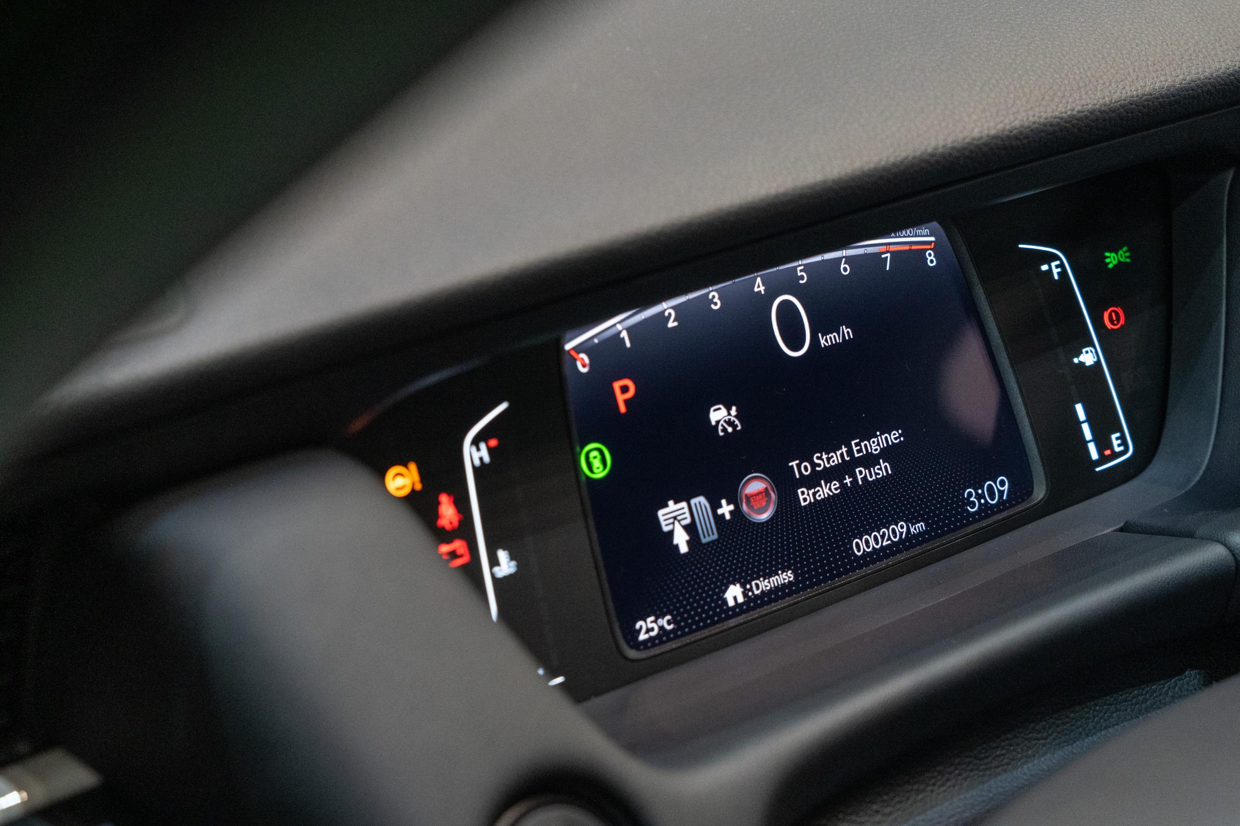5 吋尺碼的前儀表板導入了TFT彩色液晶螢幕,並透過平面化的圖像設計,讓資訊讀取更為清晰容易。