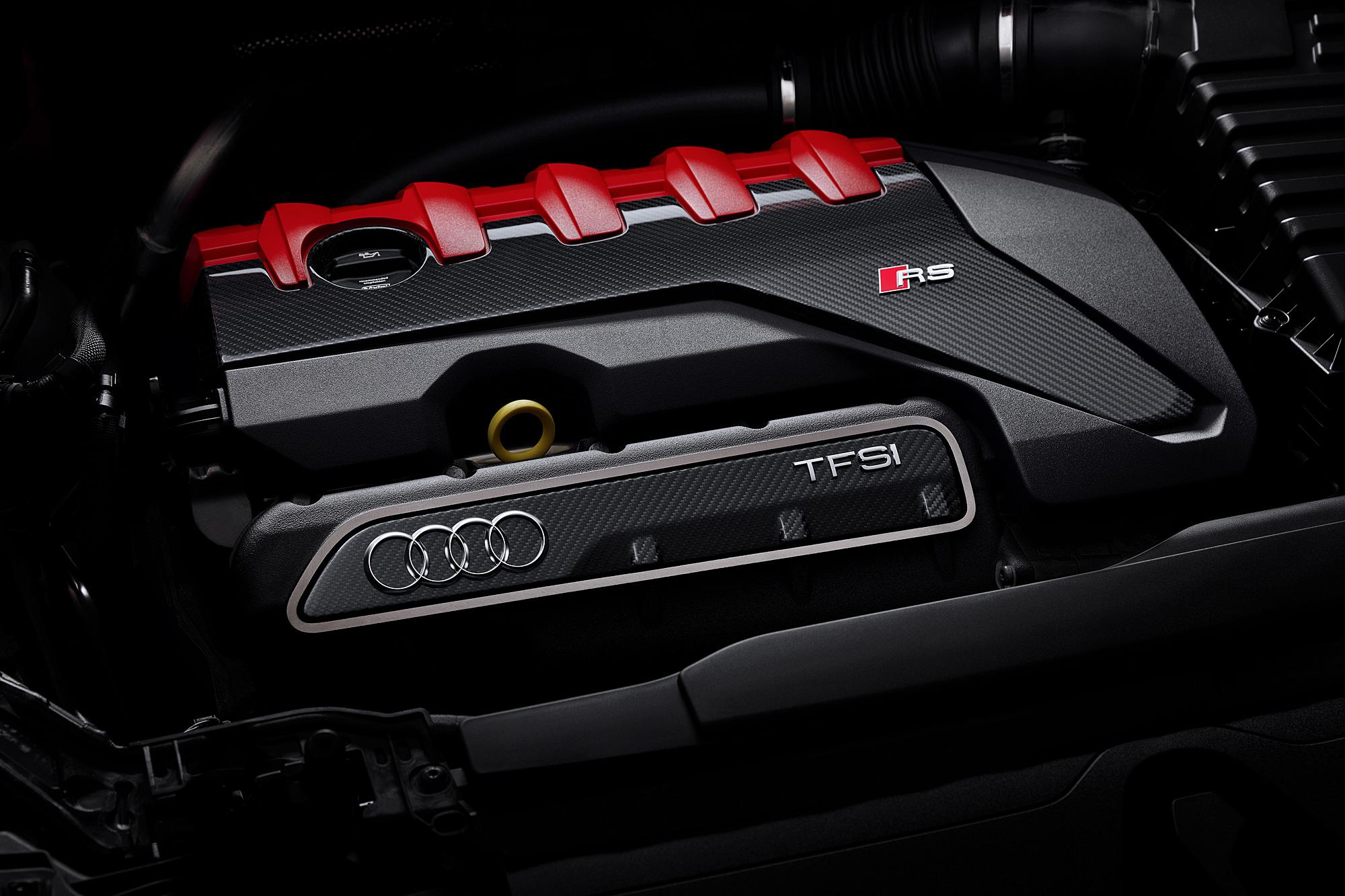 引擎室搭載的 2.5 升直列 5 缸 TFSI 渦輪增壓引擎具有 400 匹的最大馬力輸出