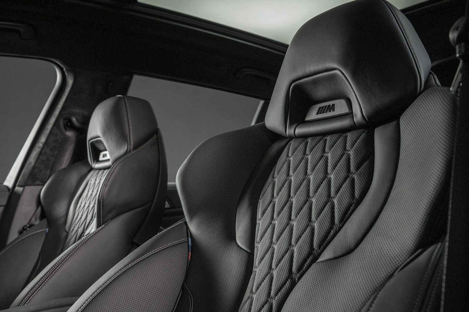 BMW X7 Dark Knight曜黑版配備 Vernasca真皮內裝與 M 雙前座跑車座椅。