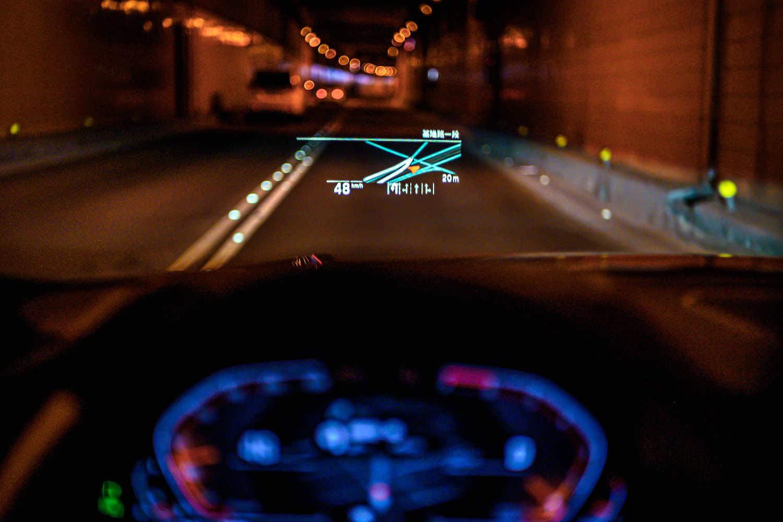 全新世代 BMW 320i M Sport 首發版升級全彩多功能「車況抬頭顯示器」。