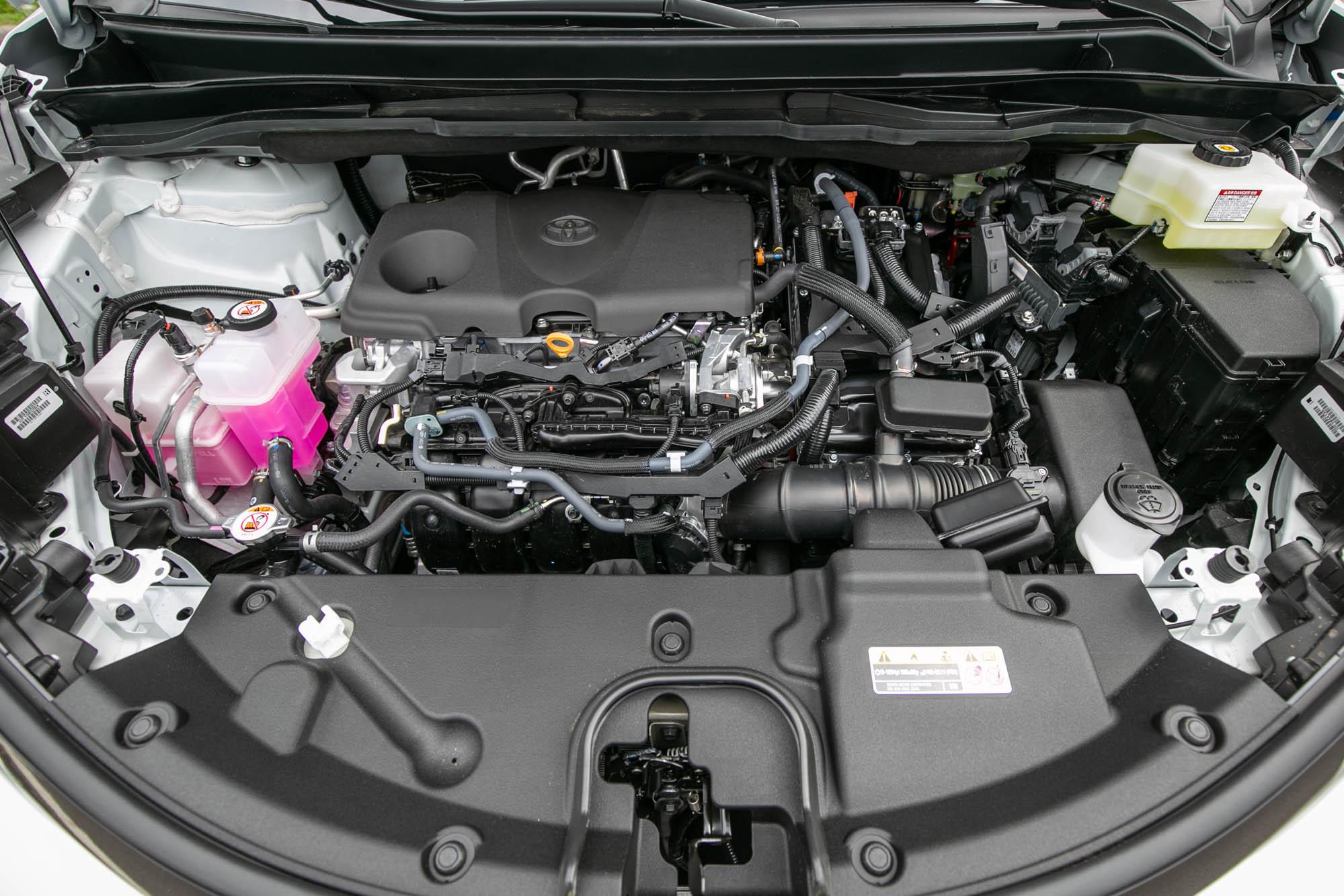 換上全新油電動力系統,汽油部分由2.5升直列四缸引擎所擔綱,搭配上電動馬達之後,綜效馬力為247ps,引擎峰值扭力為24.2kgm,電動馬達扭力則為27.5kgm。