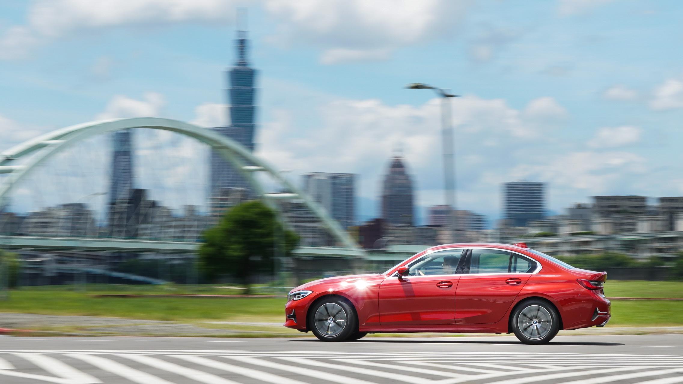 BMW 318i 僅提供 Luxury 車型。