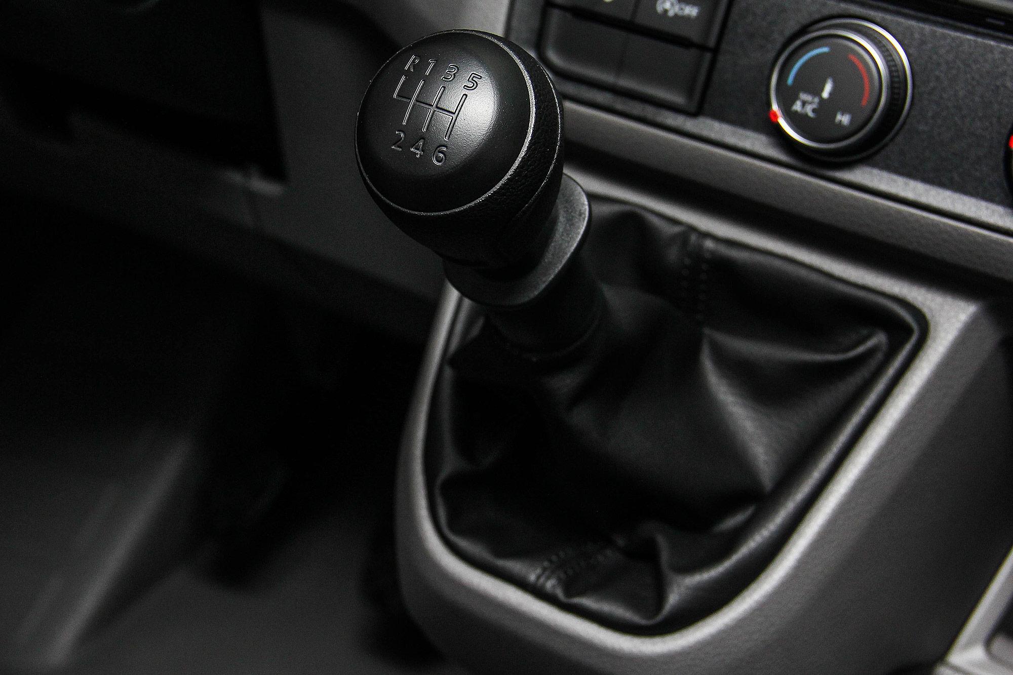 中軸高頂車型配備 6 速手排變速箱。