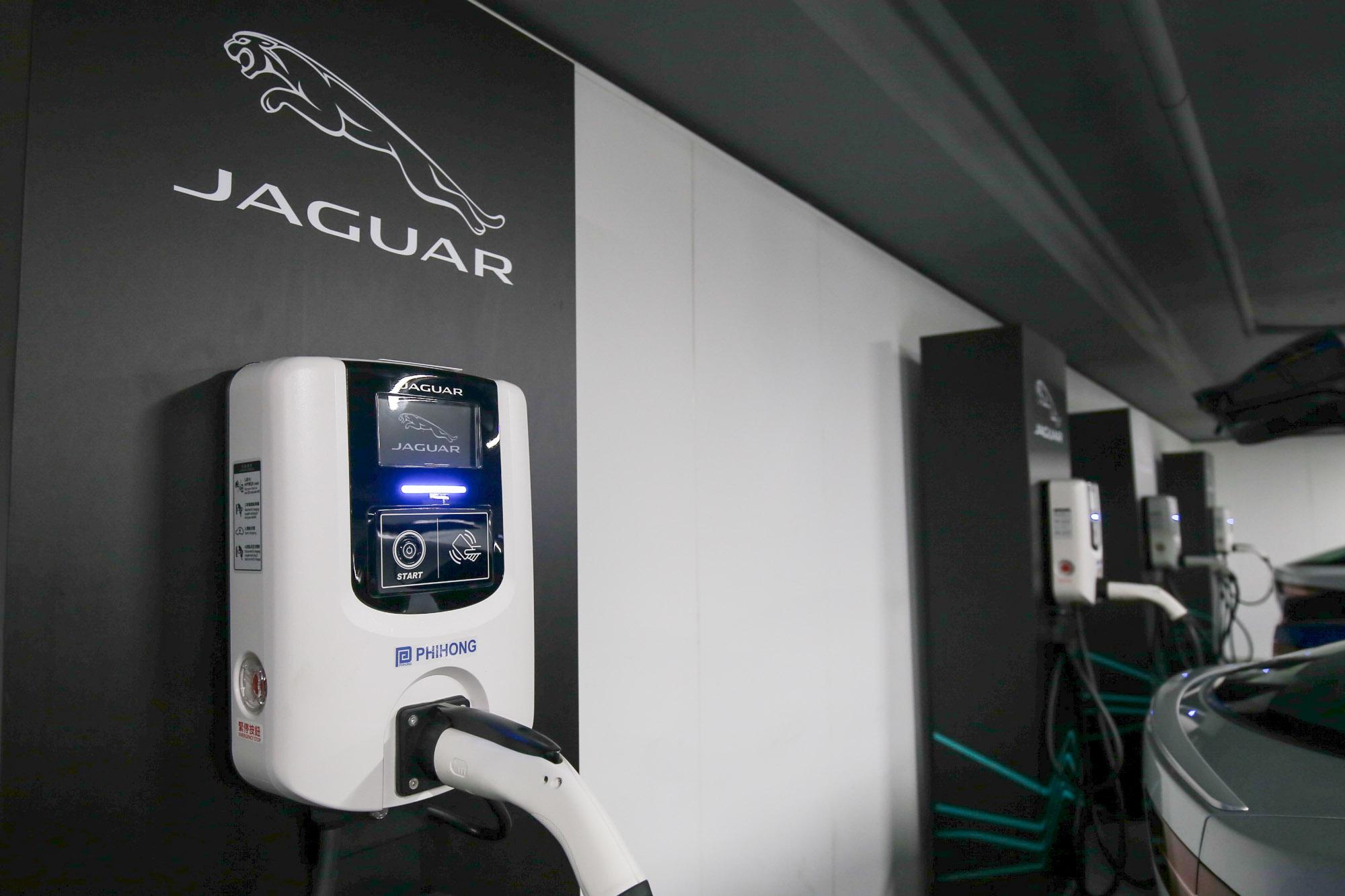 目前購買 I-PACE 即贈送 JLR Taiwan 與飛宏科技開發的家用壁掛式充電器。
