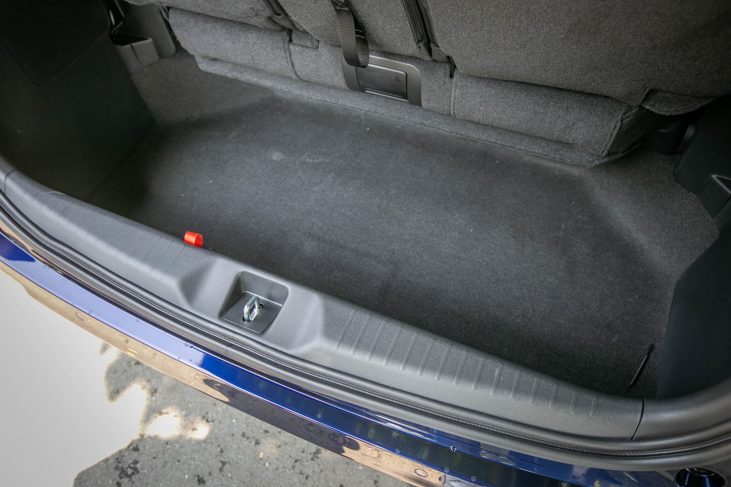 第三排座椅下方下挖的置物空間,也作為第三排座椅收納使用。