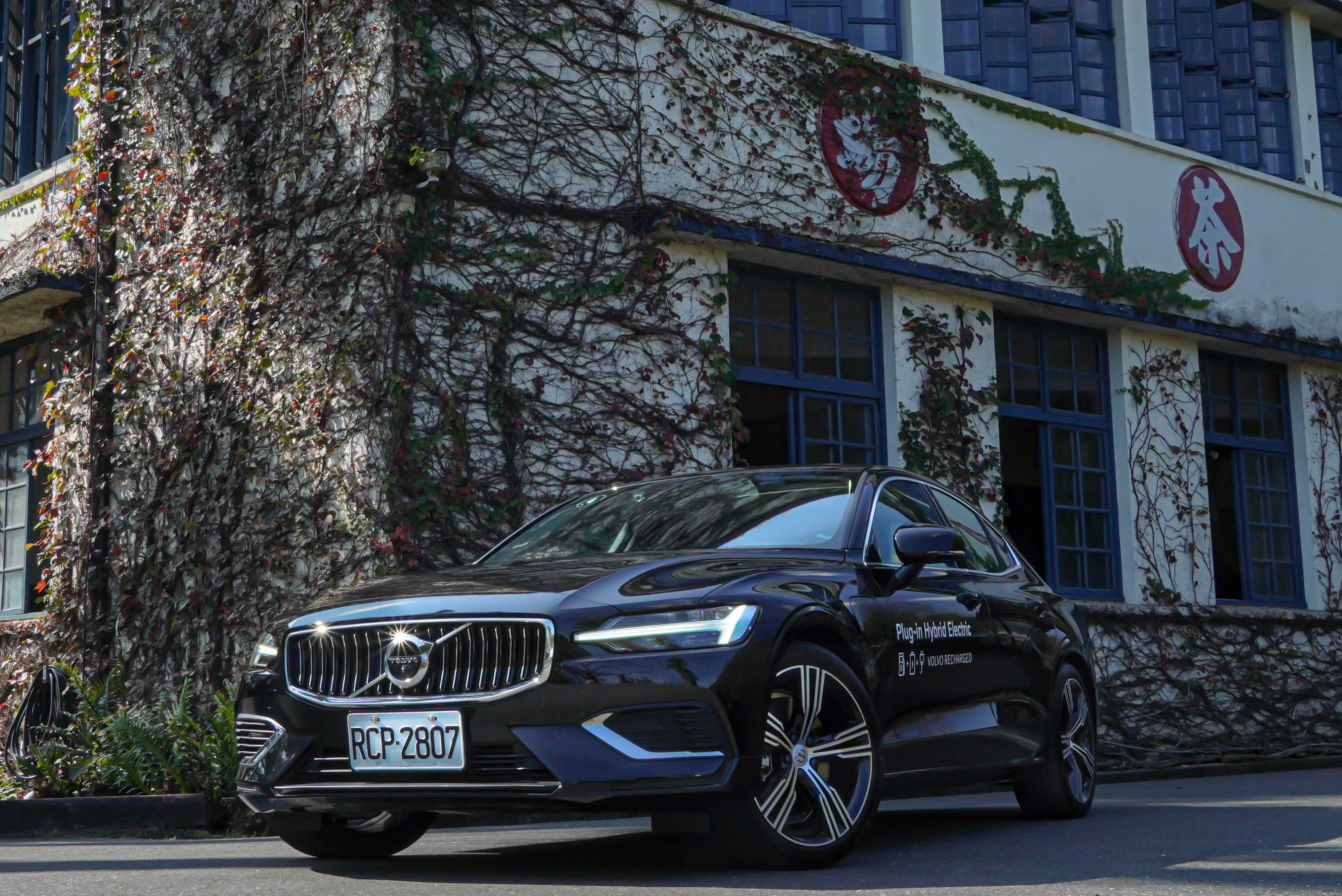 車頭部分,S60/V60 T6 Inscription 車型具有專屬鍍鉻直瀑式水箱護罩及高階 LED 自動轉向頭燈。