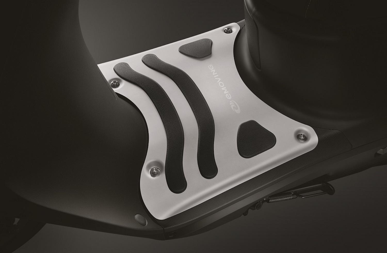 iE125 特仕車配件,鋁合金踏板。