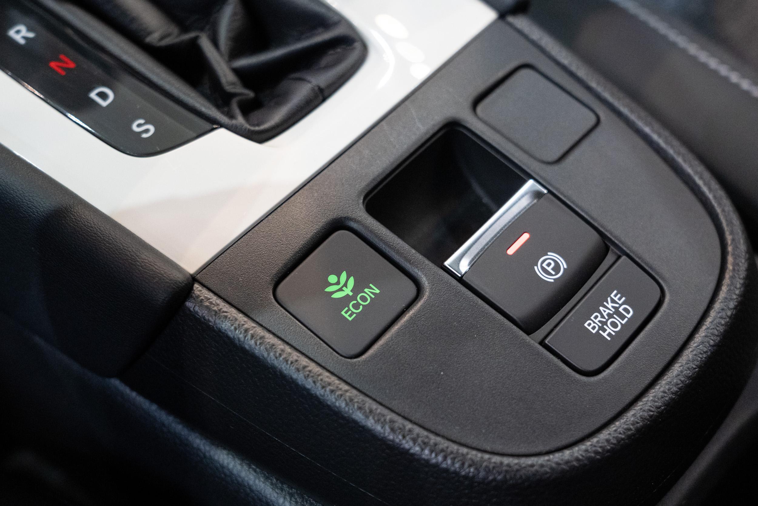 配備電子式手煞車與駐車輔助系統。