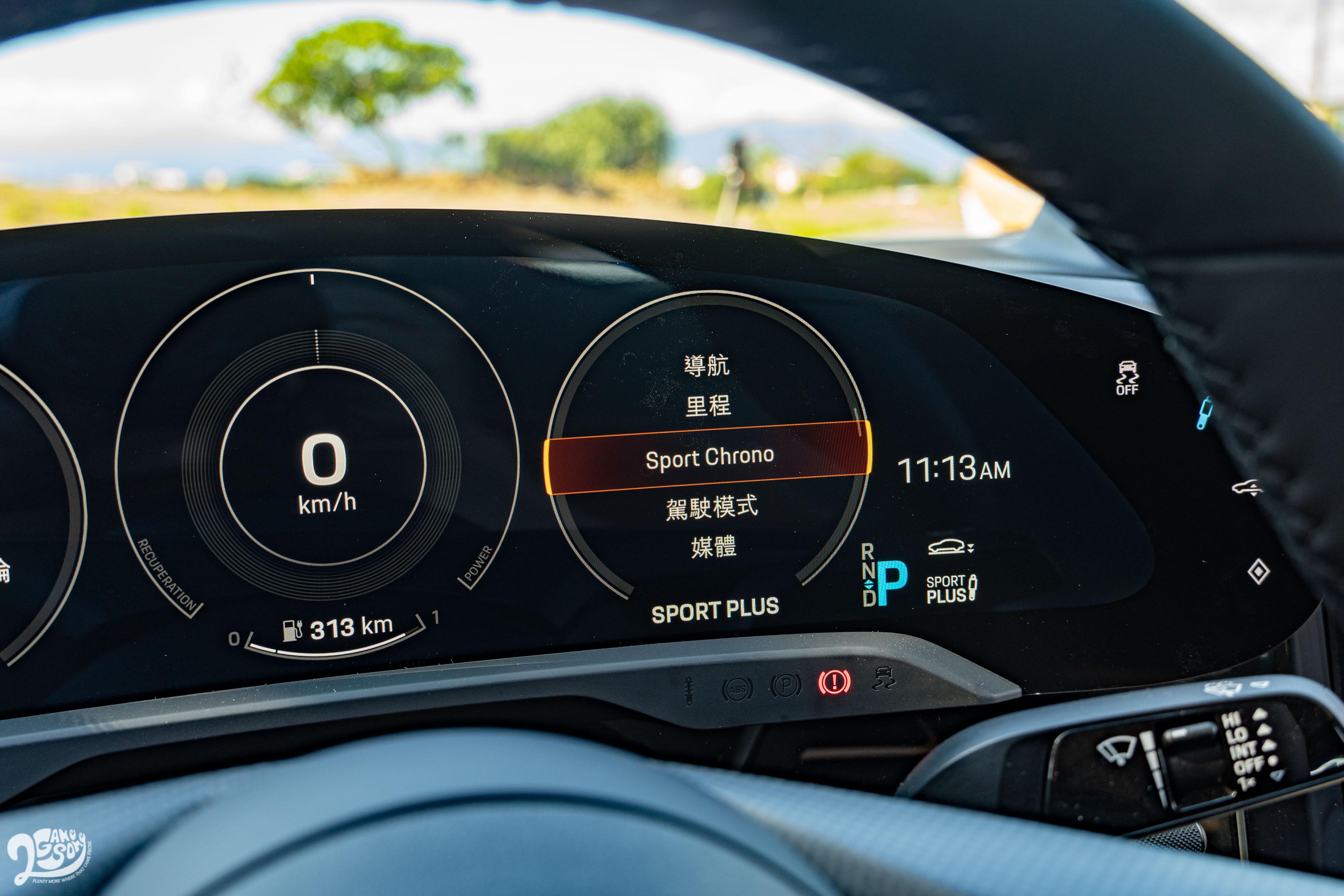 右方圓圈可查看電量等行車資訊。