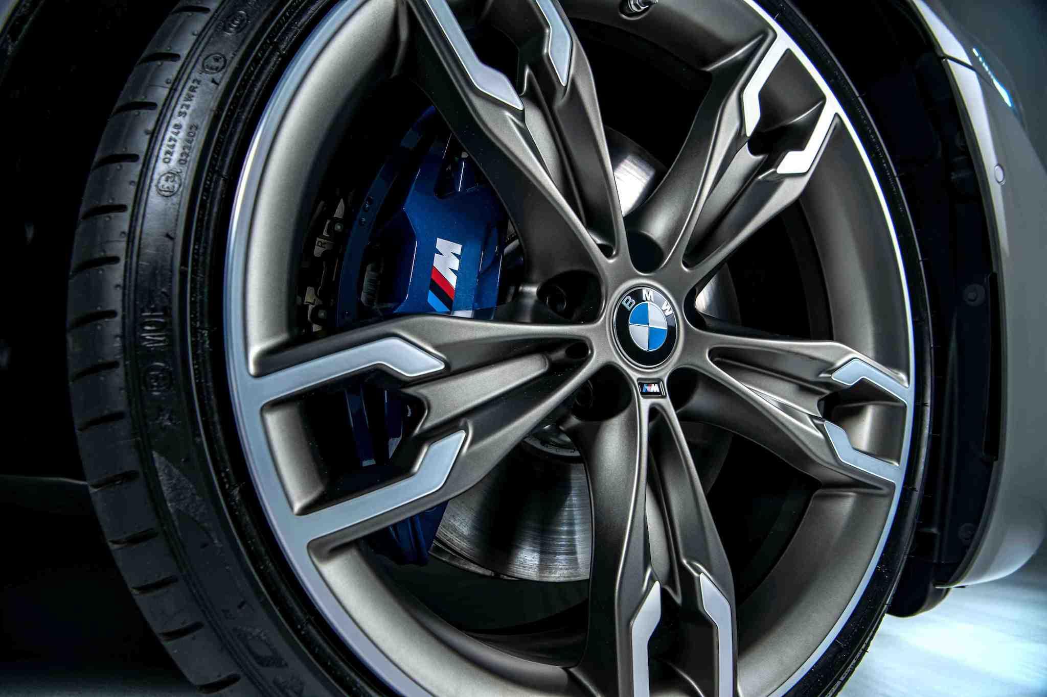 以鈰灰色與銀色設計的 20 吋 M 雙輻式輪圈搭配藍色卡鉗。
