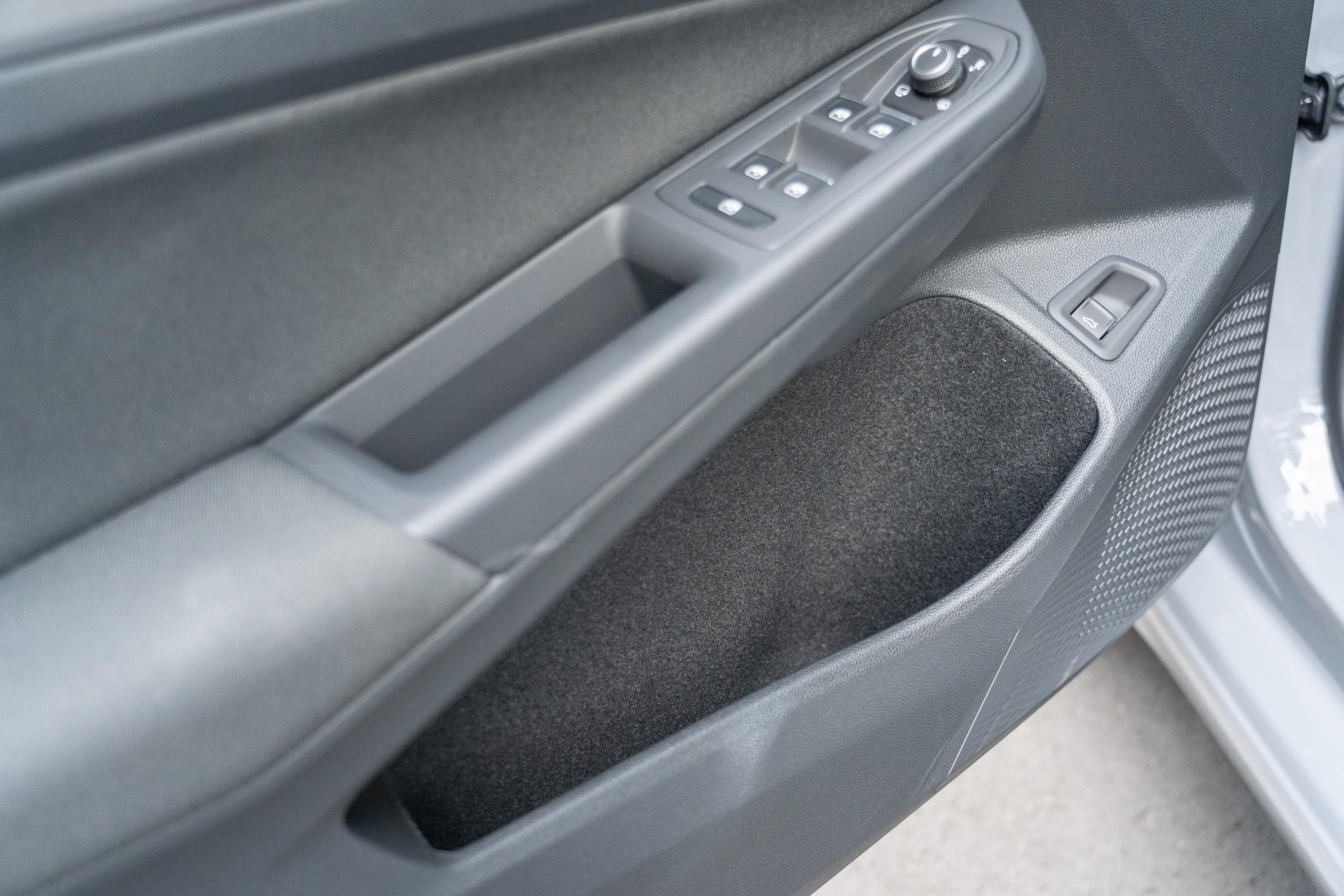 門板內的置物空間也相當寬敞便利。