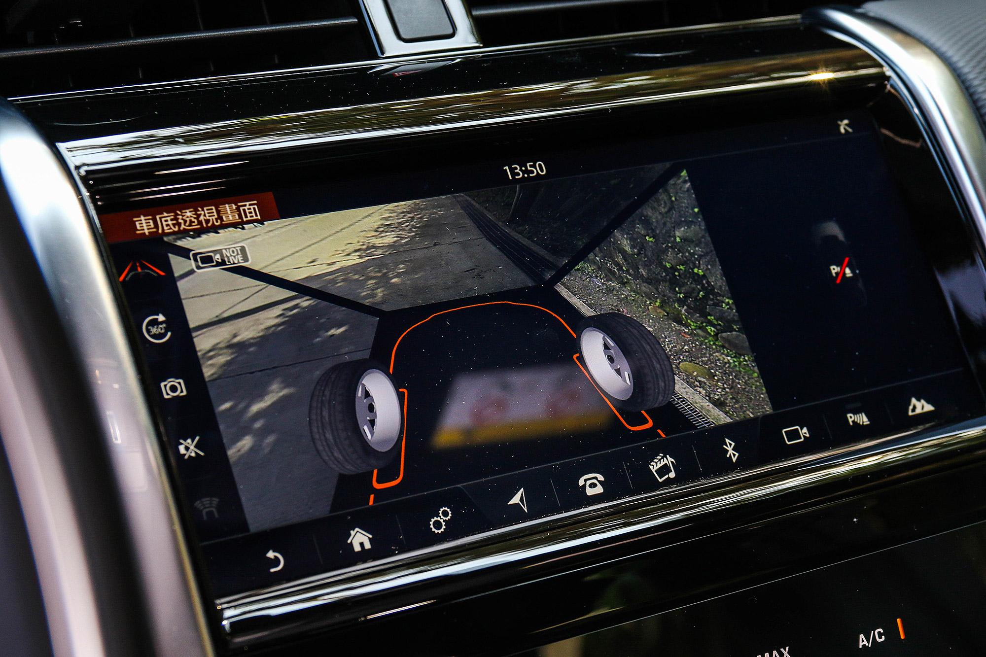 標配 360 度環景顯影功能的車型,也配備有可透式車底的 ClearSight 系統。