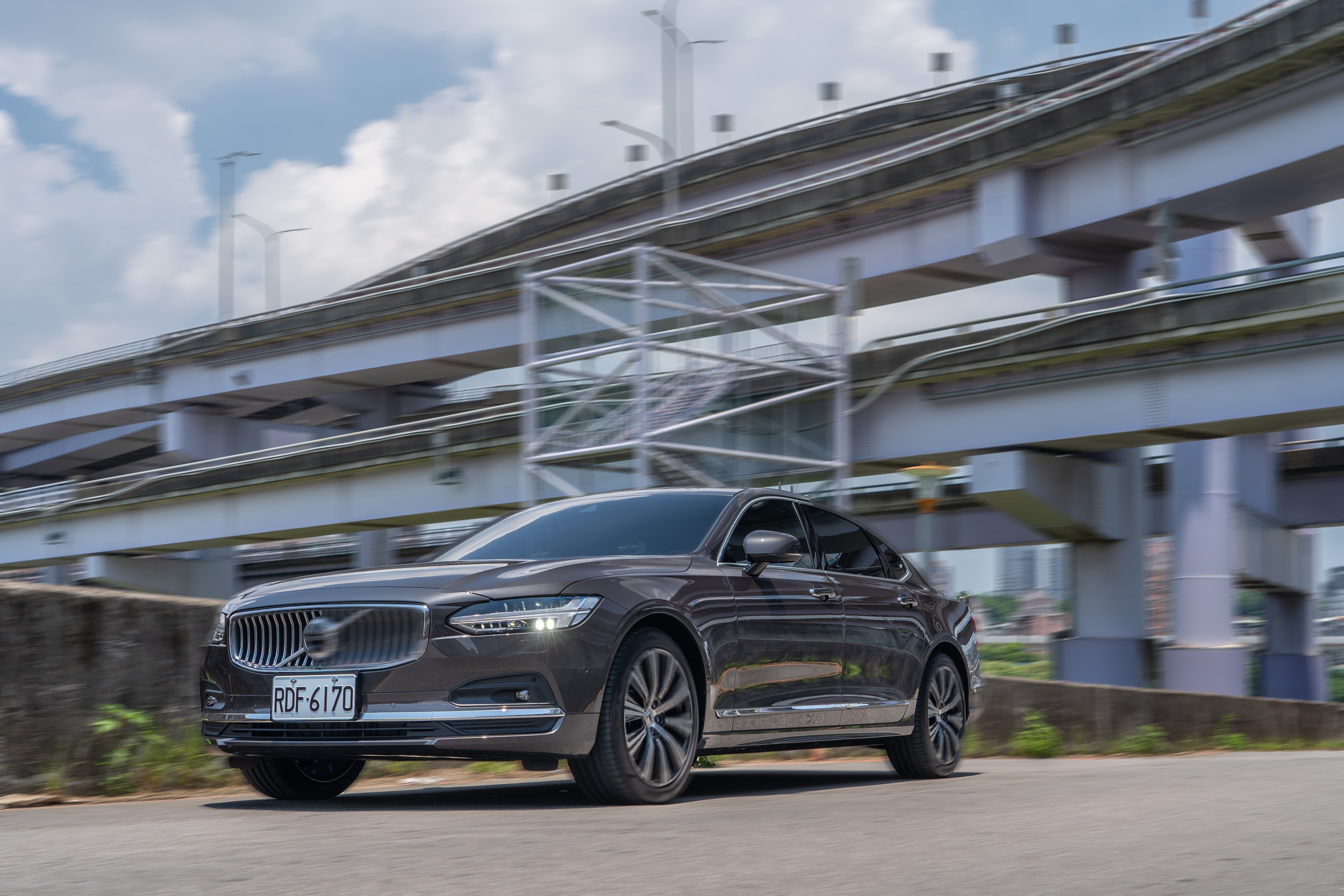 以此動力對應超過 1.8 噸重的車身,仍可湧現一定程度的加速力道。