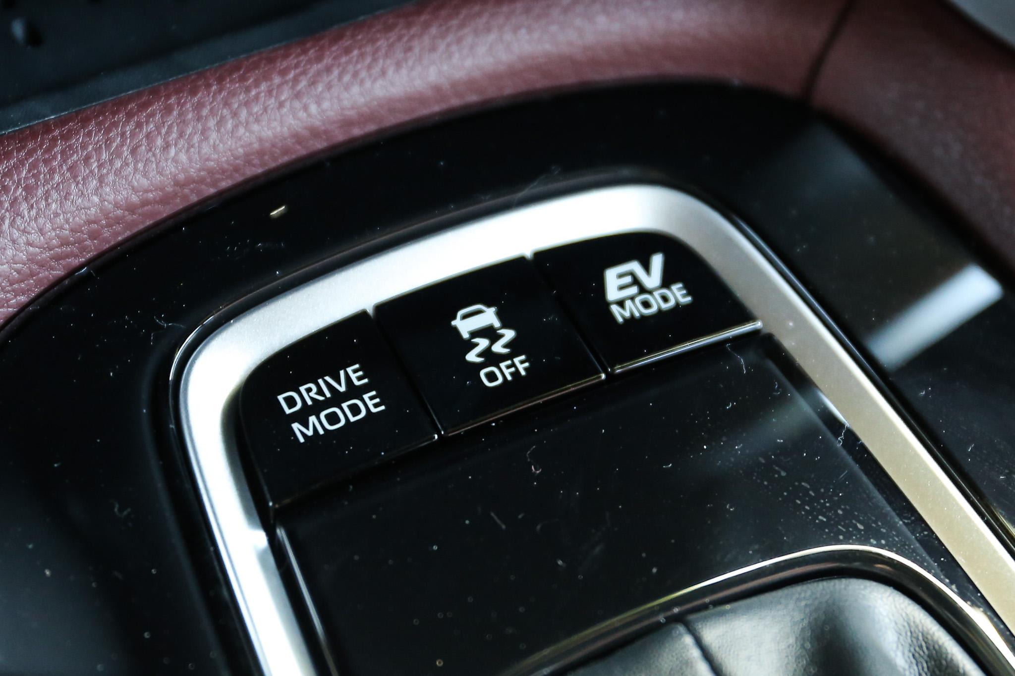 提供 EV / ECO / NORMAL / SPORT 四種駕駛模式。