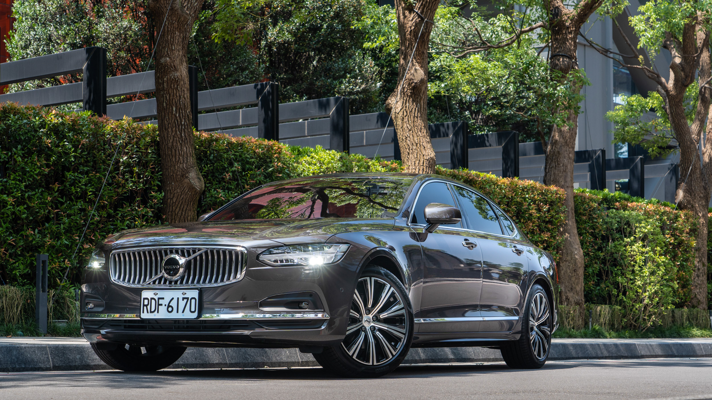 以尺碼壓制對手!Volvo 小改款 S90 B4 Inscription 性價比爆表