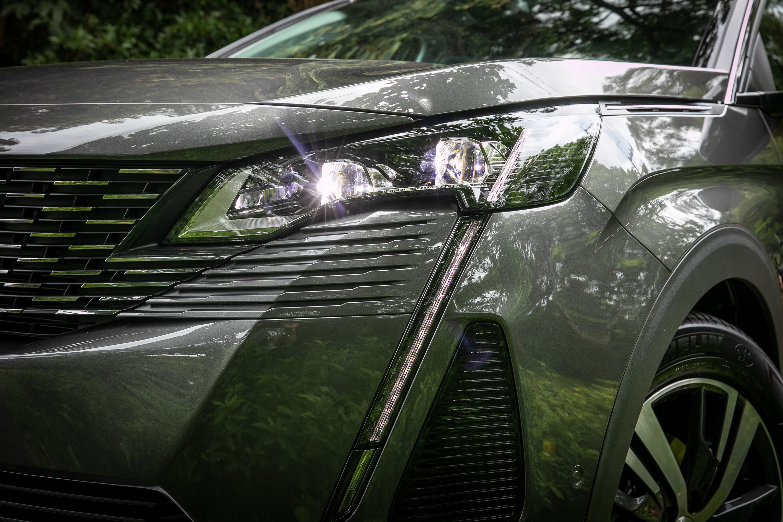 如獅王獠牙般的LED日行燈與炯炯有神的LED頭燈,為 3008 小改款的重點,也是品牌新世代設計風格的必要元素。