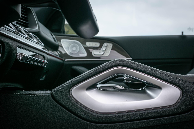 造型特殊的中央鞍座設計,將把手功能融於造型中。