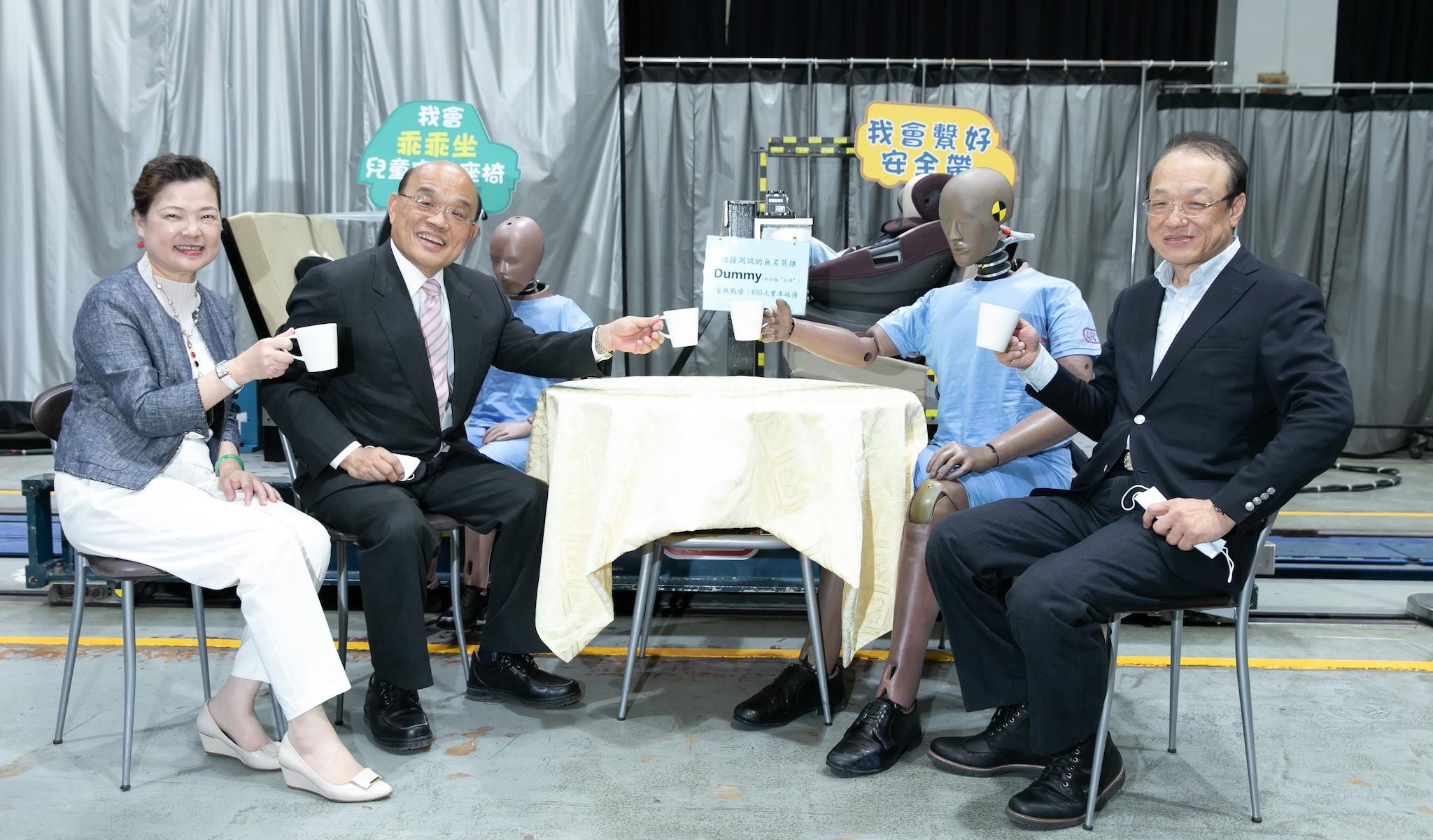 行政院長蘇貞昌(左二) 與經濟部長王美花(左一)參觀國內唯一碰撞實驗室,了解整車碰撞及臺灣新車安全評等(TNCAP)能量,與碰撞假人一起喝咖啡。