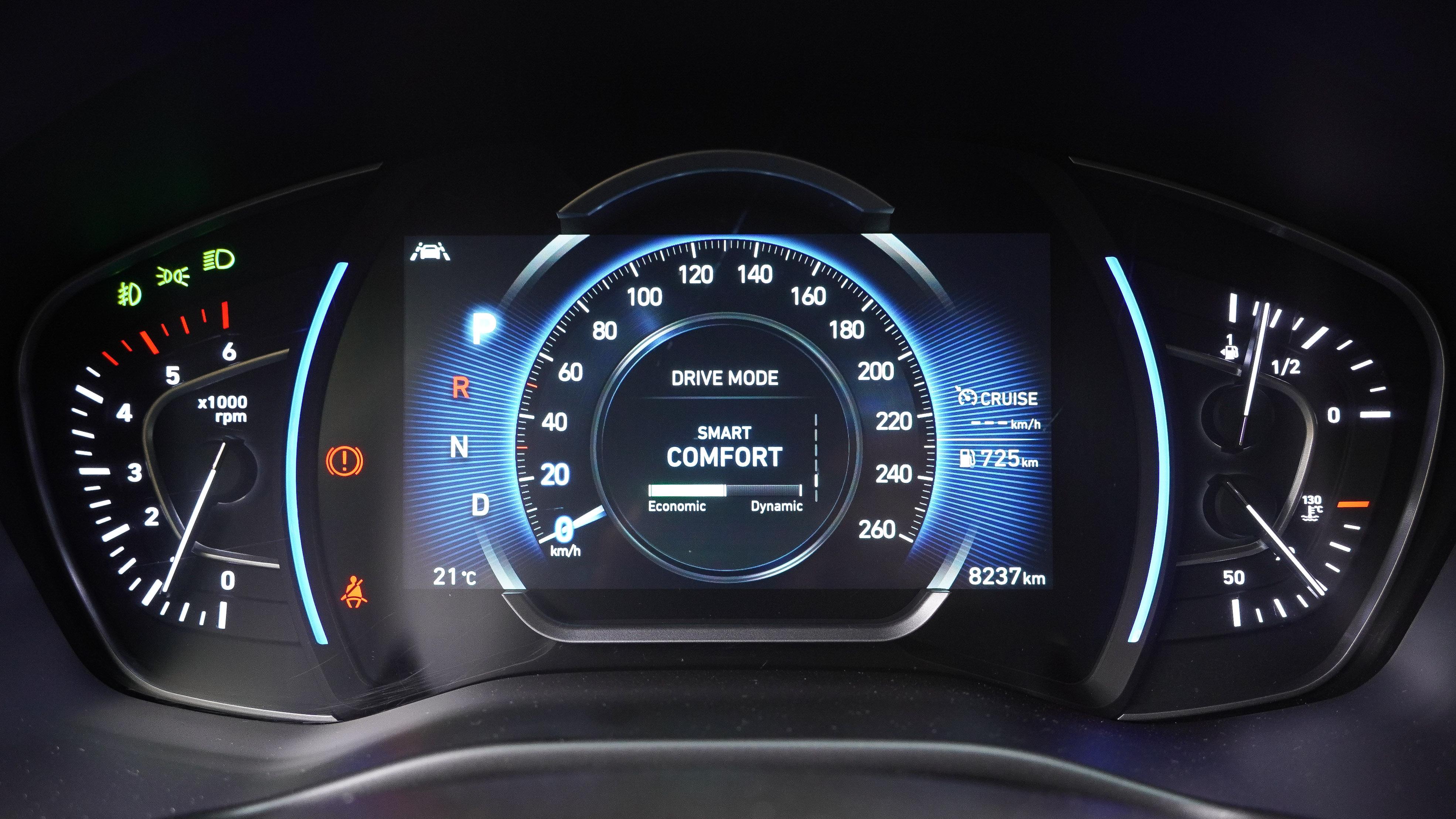 旗艦車型標配 7 吋全彩高解析度數位儀表,呈現方式隨著不同駕駛模式改變。