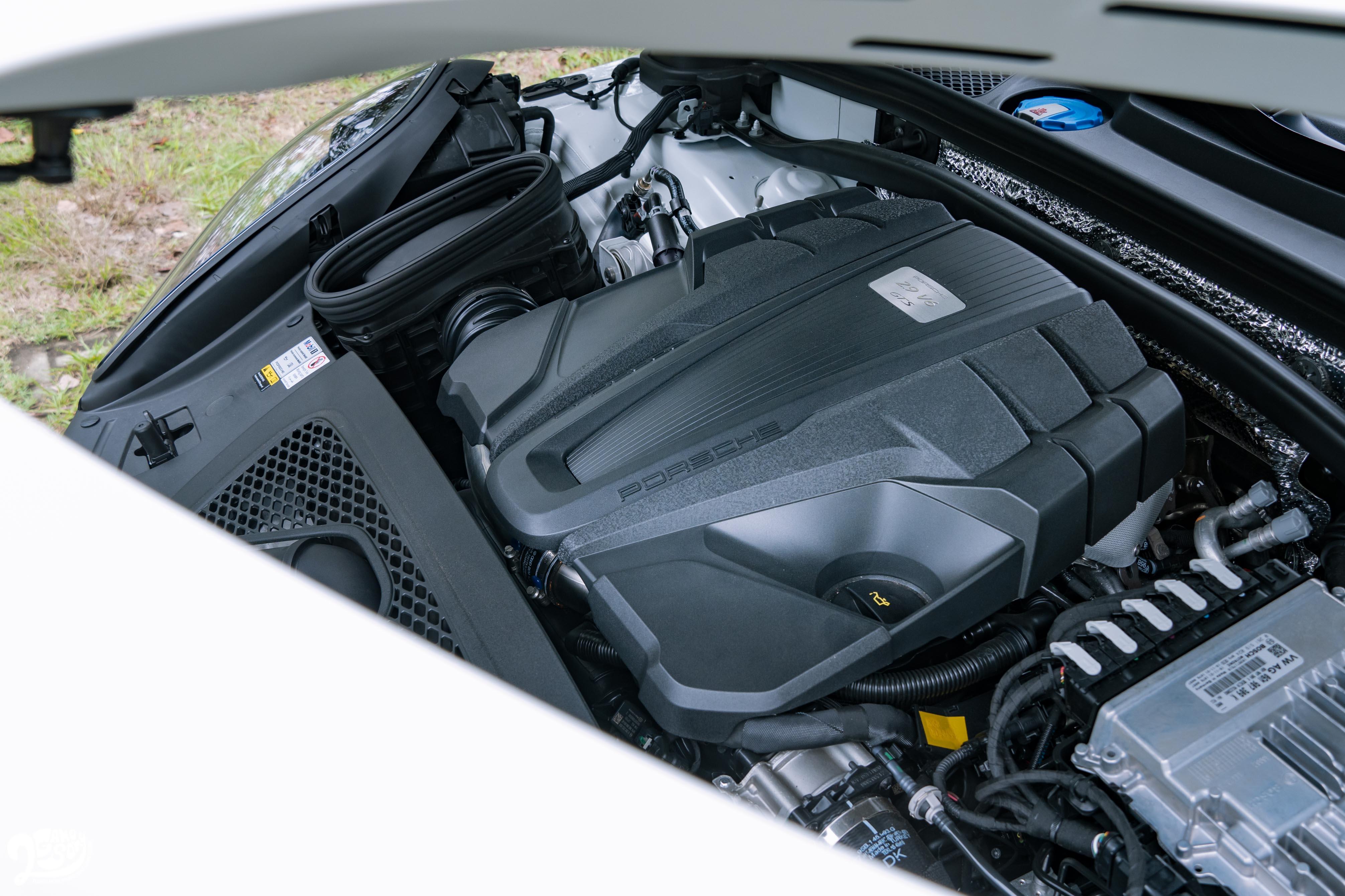 與 Macan Turbo、S 共享的 2.9 升 V6 雙渦輪引擎可輸出 380 PS 動力,扭力為 520 牛頓米。